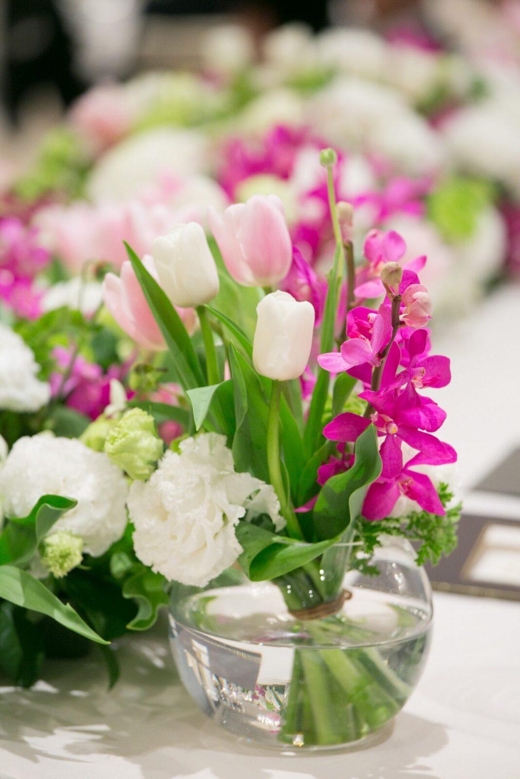 チューリップなどで春らしい明るい色で統一した装花