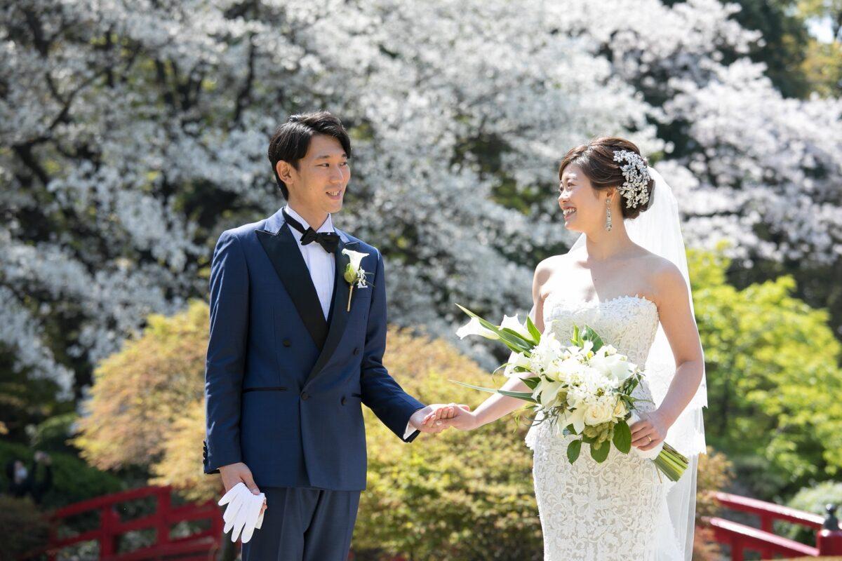 トリートドレッシング横浜店で人気のモニークルイリエのレンタルウェディングドレスを着て春の庭園をバックに前撮り