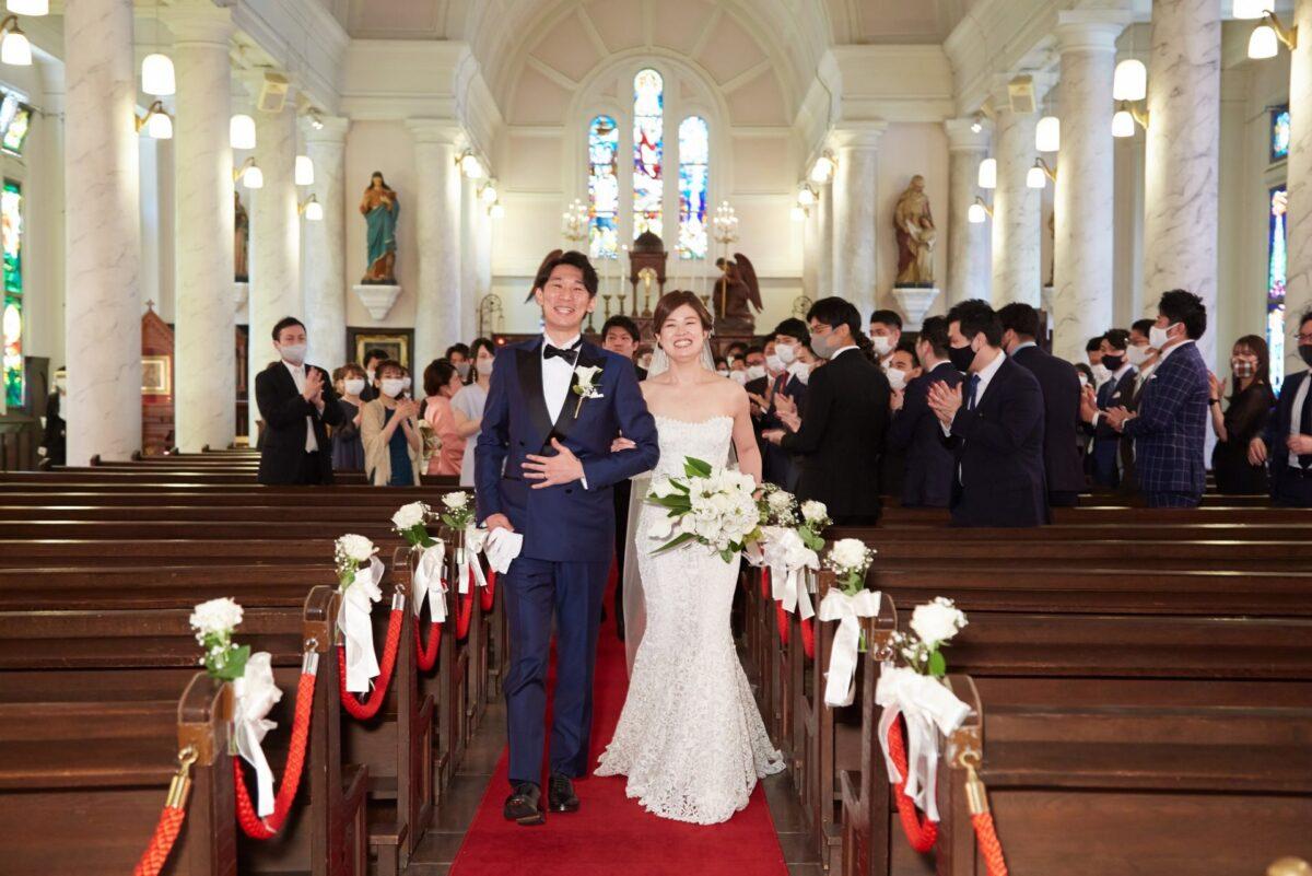 カトリートドレッシング横浜限定の総レースが美しいモニークルイリエのマーメイドラインのウェディングドレスを着たカトリック神田教会での結婚式