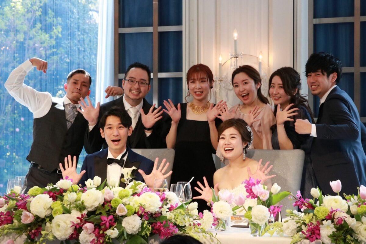 親しいゲストの皆様と笑顔いっぱいのお写真にも映えるマリアエレナのレンタルウェディングアクセサリー