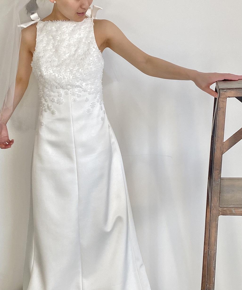 少人数結婚式にぴったりなサテン素材でスレンダーラインの個性的なレンタルウェディングドレス
