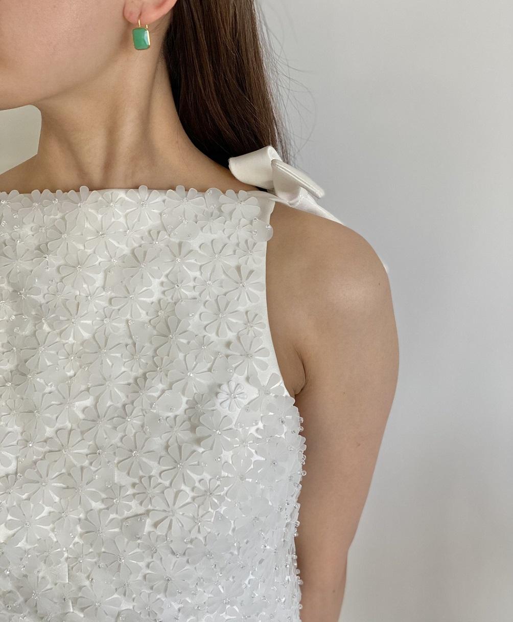 少人数結婚式にぴったりな肩ありでスレンダーラインのレンタルウェディングドレス