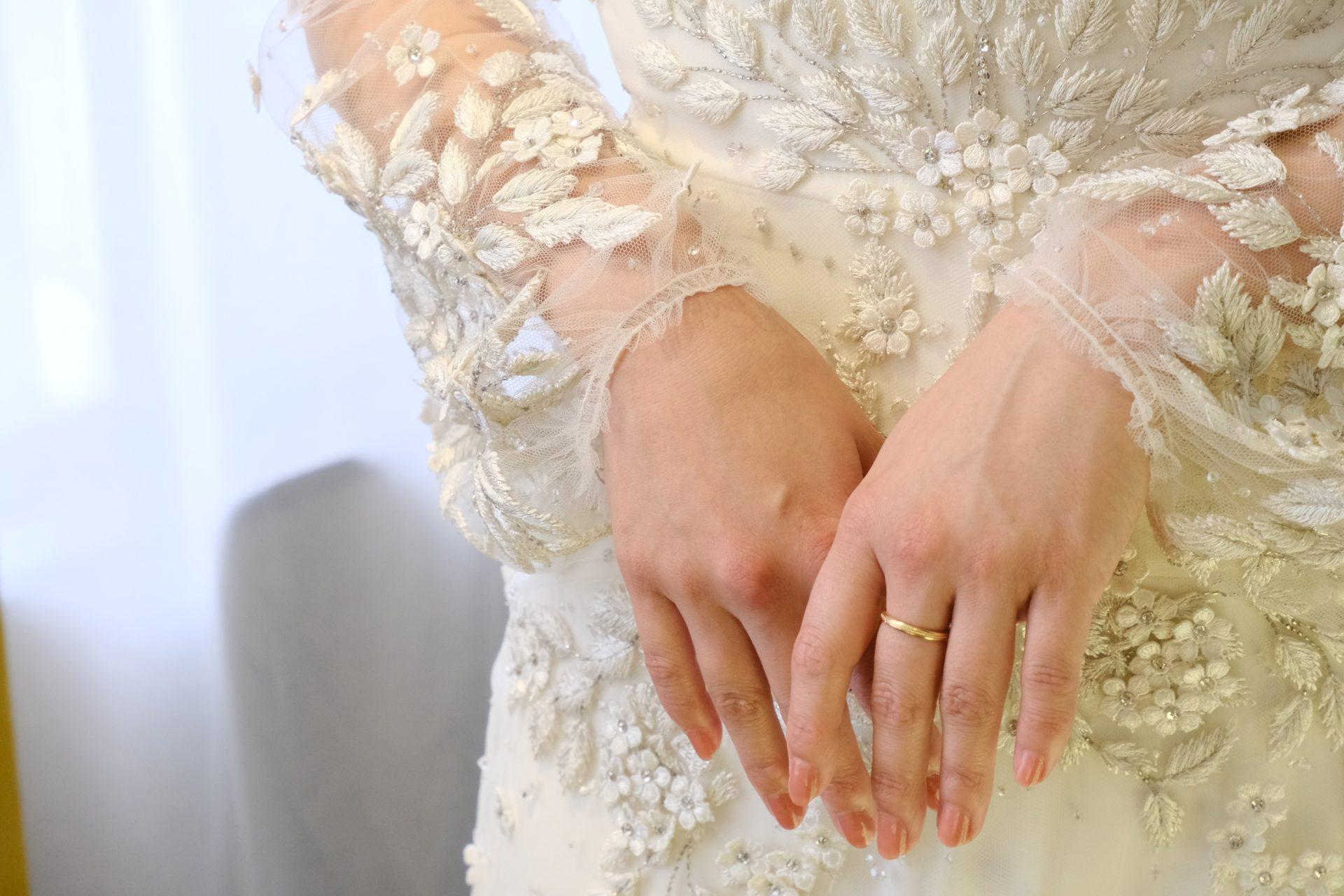 お洒落な花嫁様に人気のドレスショップ、THETREATDRESSINGアディション店からご紹介させていただくのは、上品かつ繊細なビーディング、パフスリーブの袖元が特徴の販売ウェディングドレスです