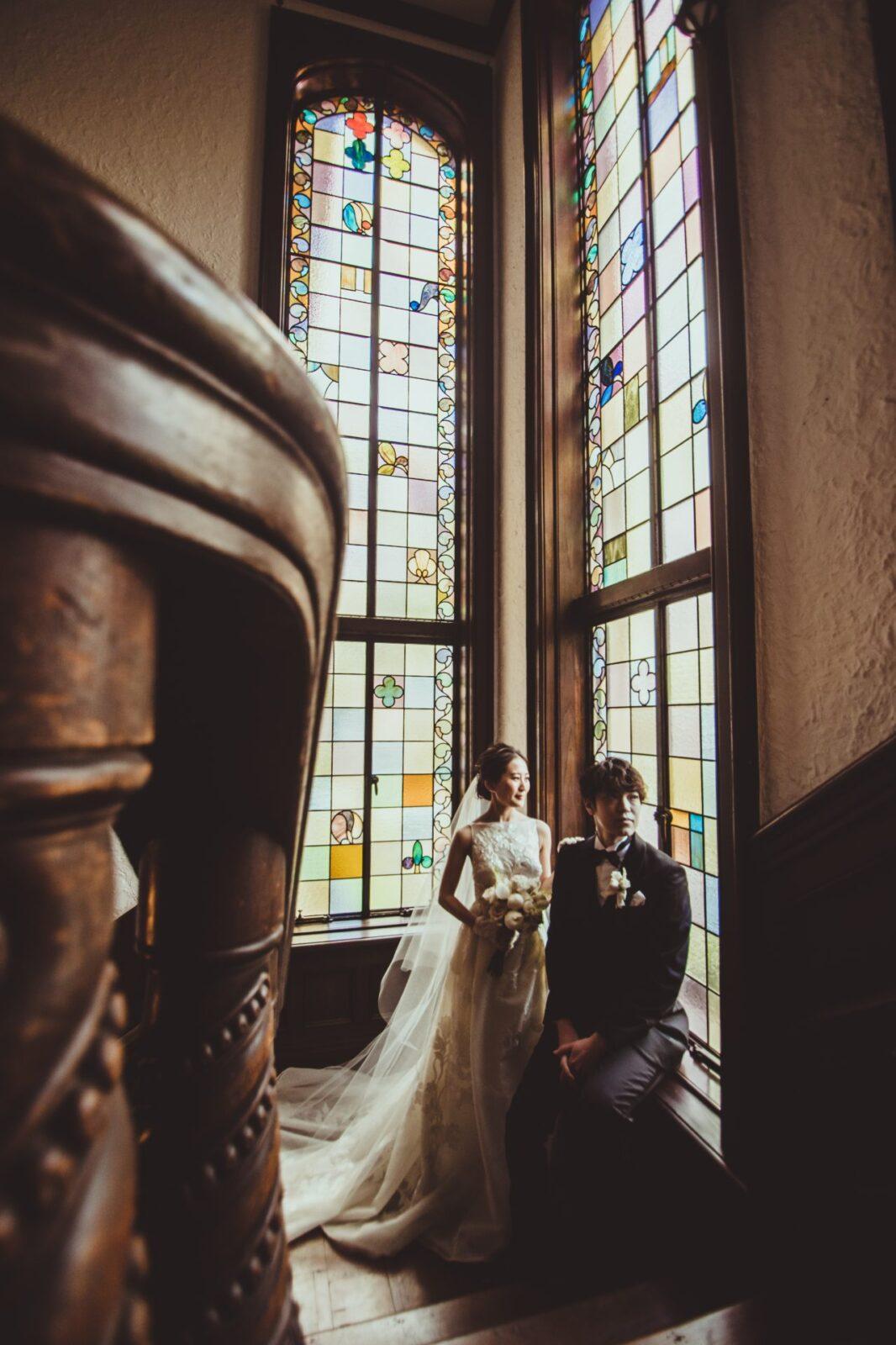 赤坂プリンスクラシックハウスのステンドガラスの前での撮影は、クラシックな情緒あふれる写真が残せることで人気があります