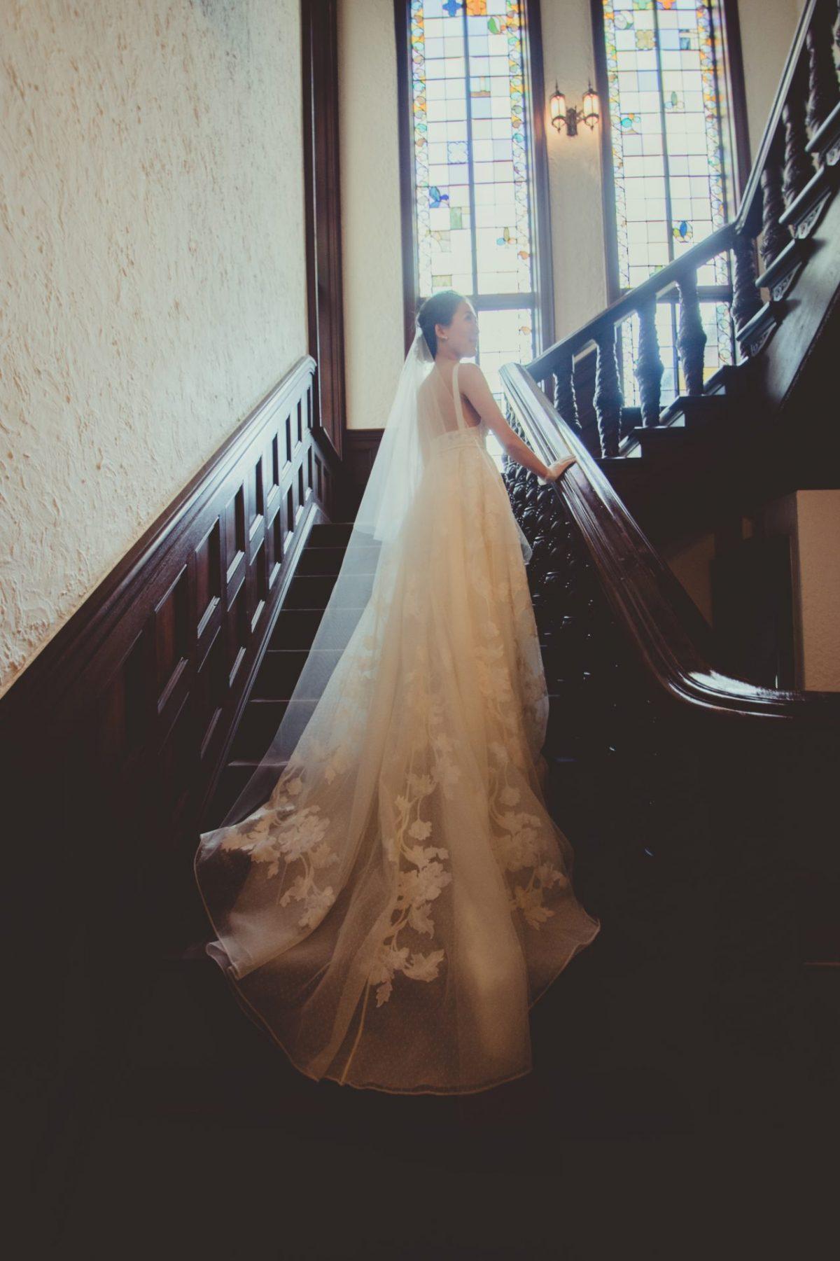 赤坂プリンスクラシックハウスの螺旋階段で撮影する際には、写真映えする総レースのトレーンの長いウェディングドレスがおすすめです
