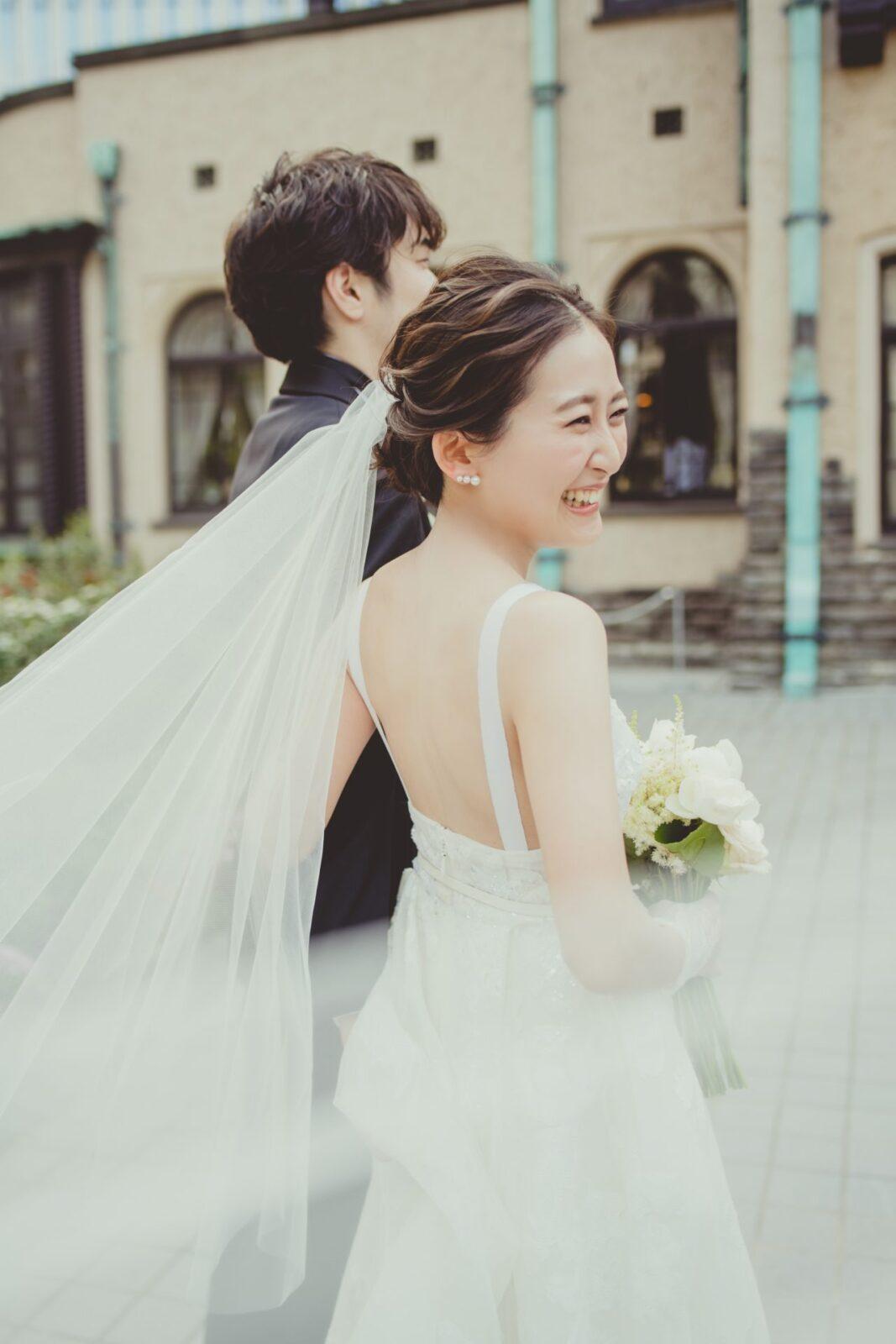 トレンドの背中が開いたバックコンシャスなウェディングドレスは、おお洒落な花嫁、モダンな花嫁にお召し頂きたいデザインです