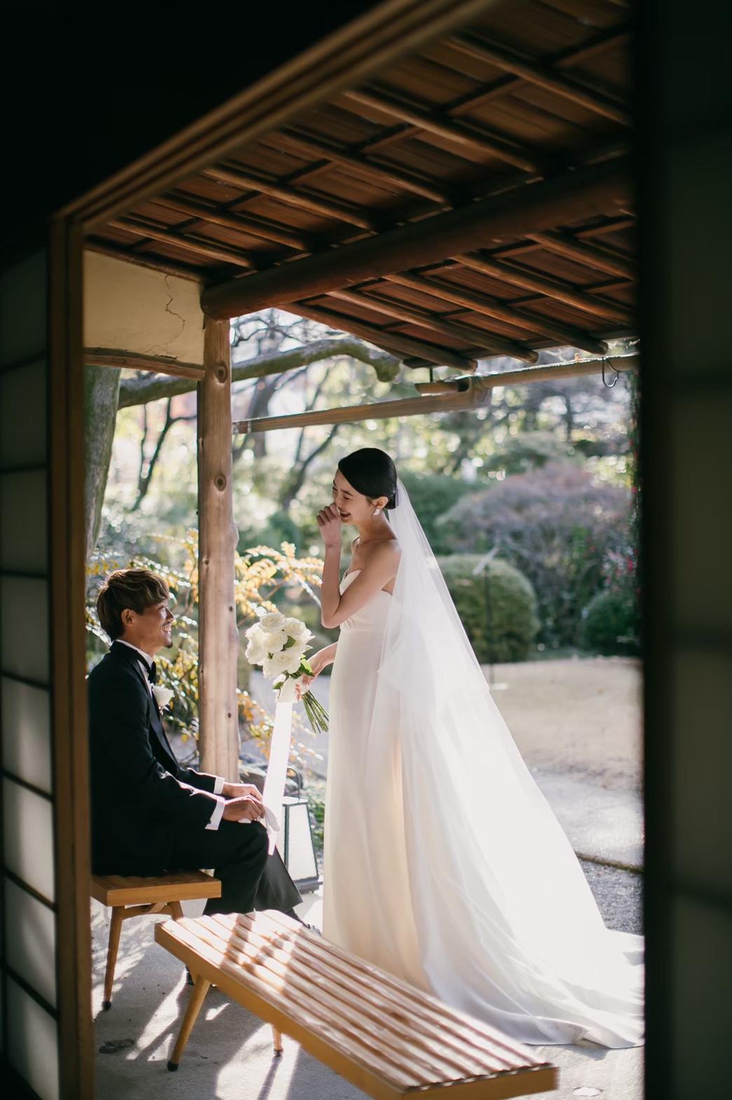 新郎新婦様らしい飾らないリラックスされたお姿でのお写真撮影は木の温もりが感んじられるお茶室にて。