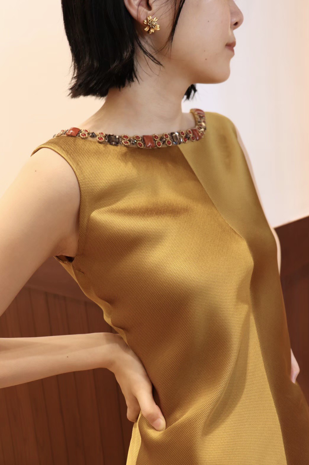 秋の結婚式やナイトパーティーにぴったりのゴールドーのサテン地が上品なカラードレス