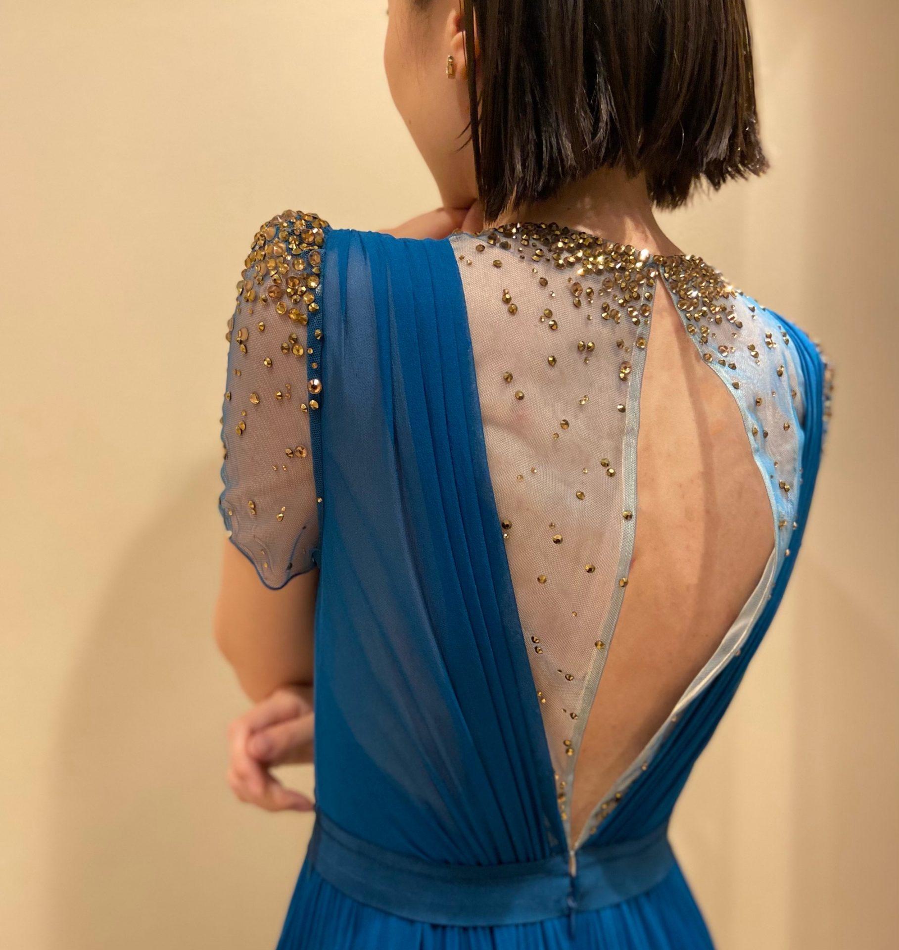 バックスタイルまで華やかなビジューがきらめくAラインのカラードレス