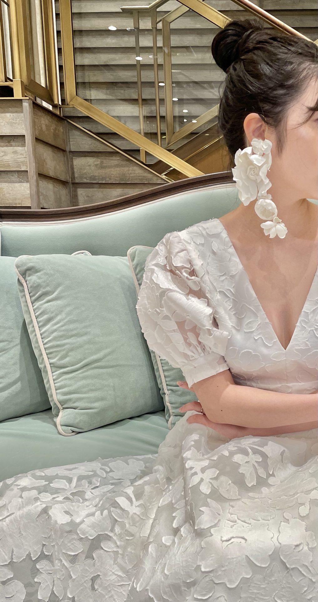 関西の結婚式場におすすめのモダンなAラインのドレスに合わせるイヤーカフのコーディネート