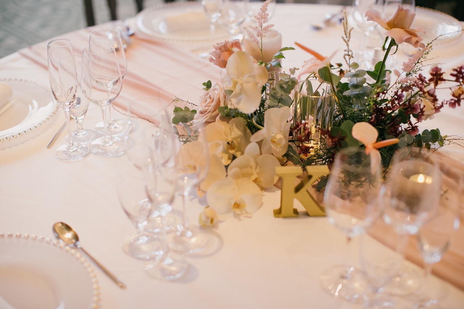 結婚式のテーブルコーディネートはくすみピンク合わせる事で大人可愛く甘すぎない雰囲気に。