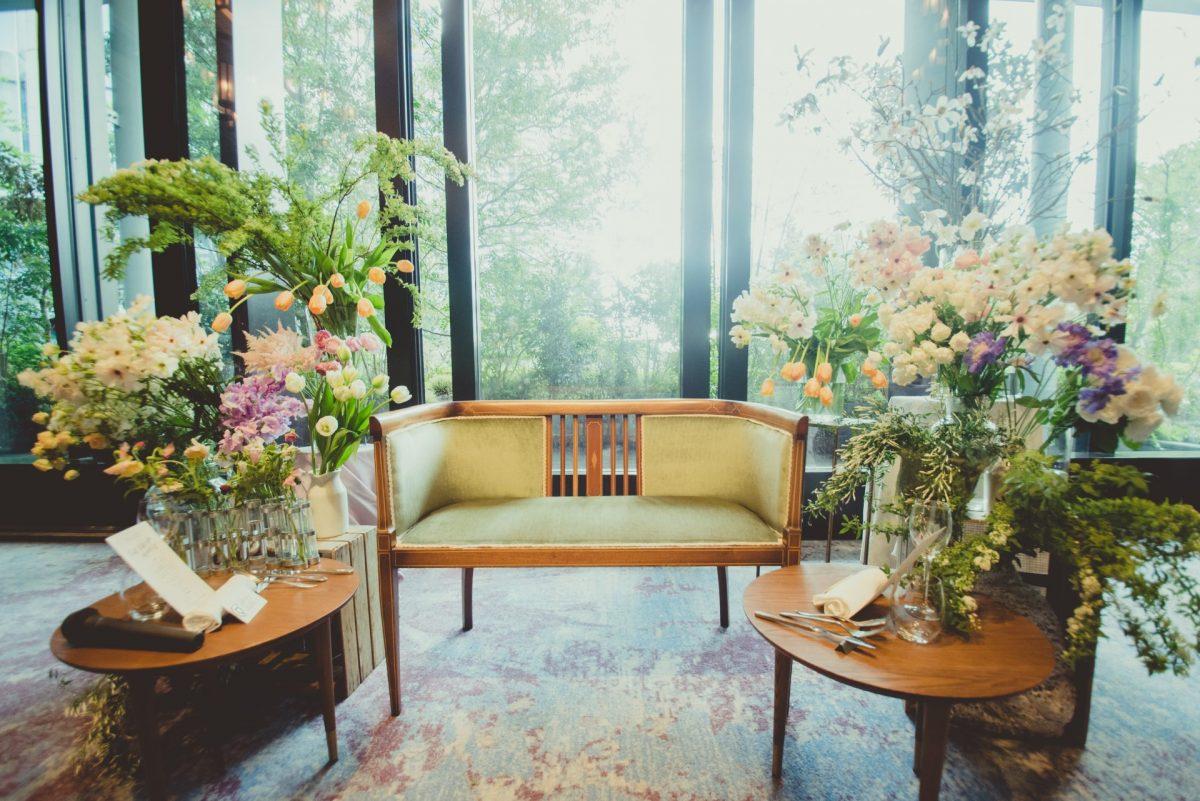 チューリップなどの春のお花をふんだんに使用した披露宴会場は、アットホームなウェディングが叶うよう高砂ではなく、ソファを配置しました