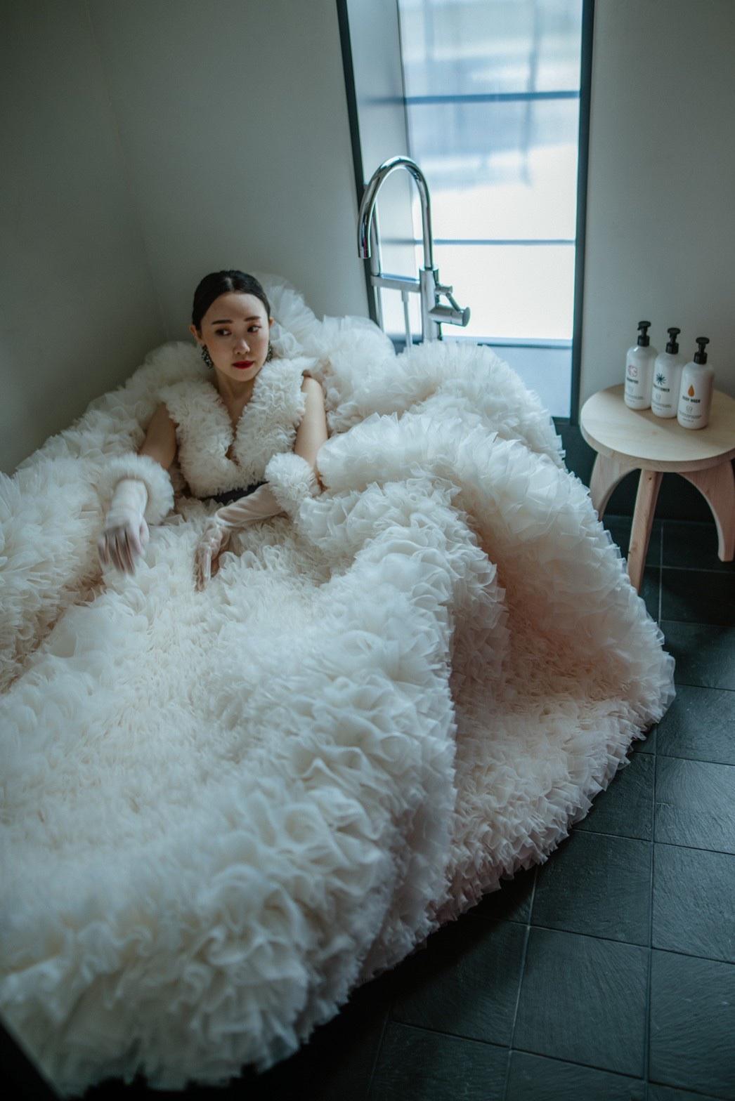 エースホテル京都にてトリートドレッシングにてお取り扱いのあるトモコイズミのドレスで撮影されたお二人の前撮り
