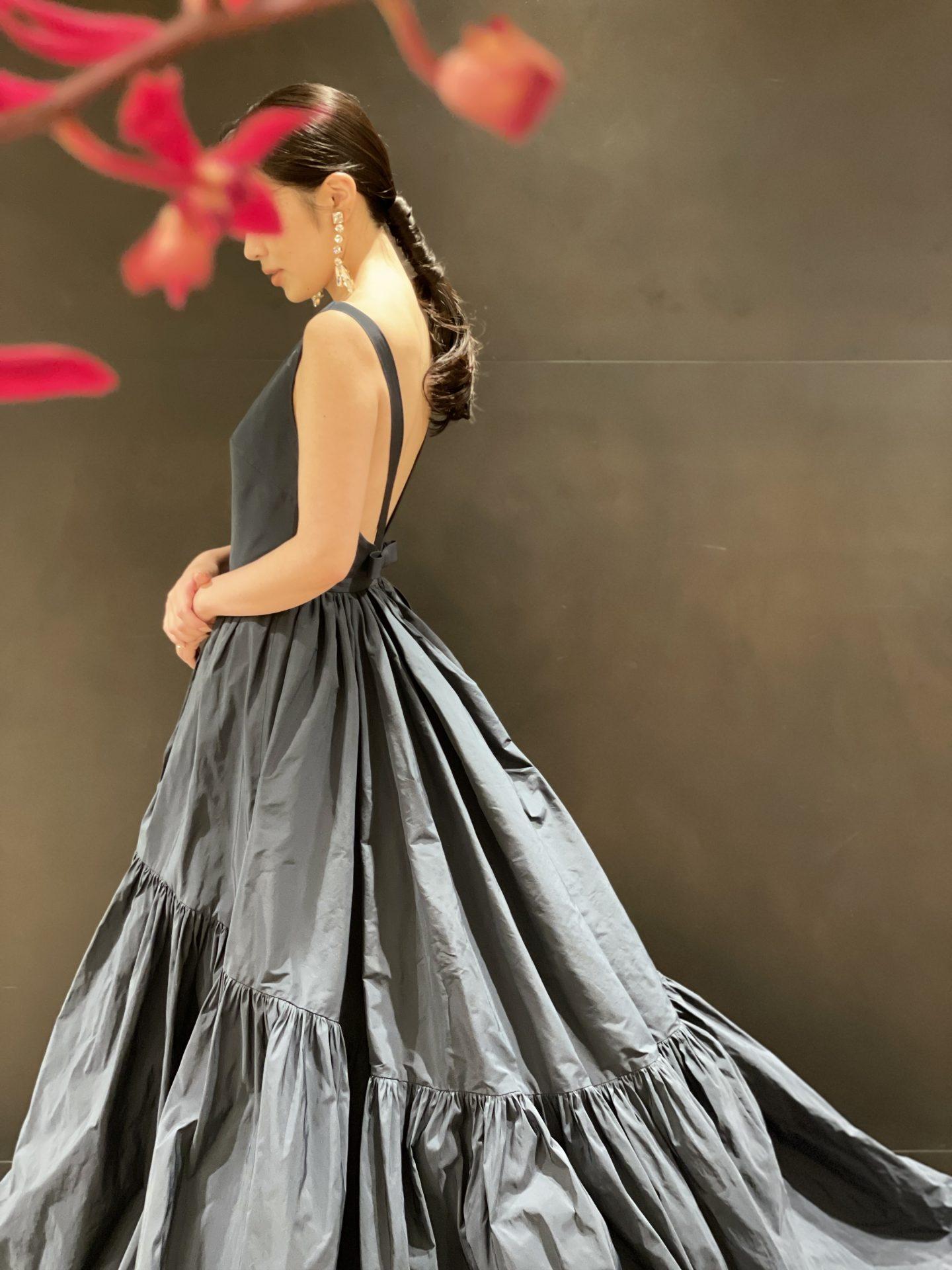 関西の結婚式会場におすすめしたいザ・トリートドレッシングのネイビーのカラードレス