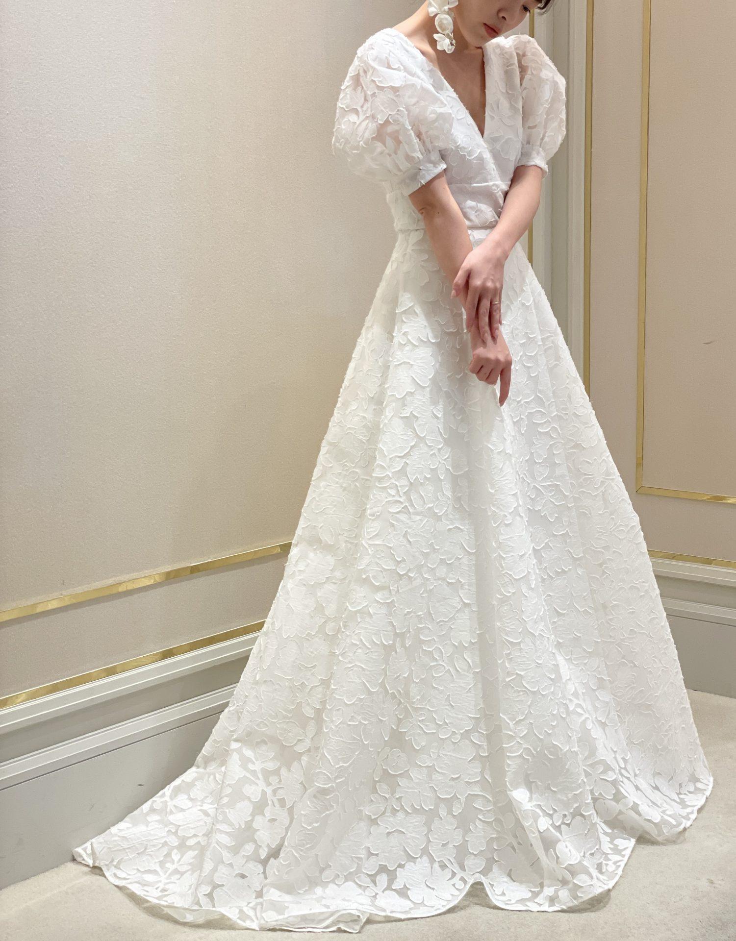 大阪の結婚式場におすすめのパフスリーブとフラワーモチーフが愛らしいAラインのウエディングドレス