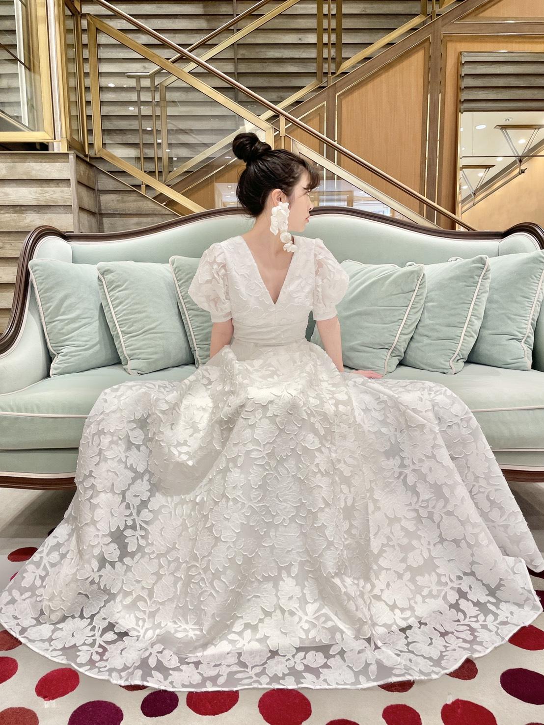 ソファー席におすすめのレースが美しいトリートメゾンのAラインドレス