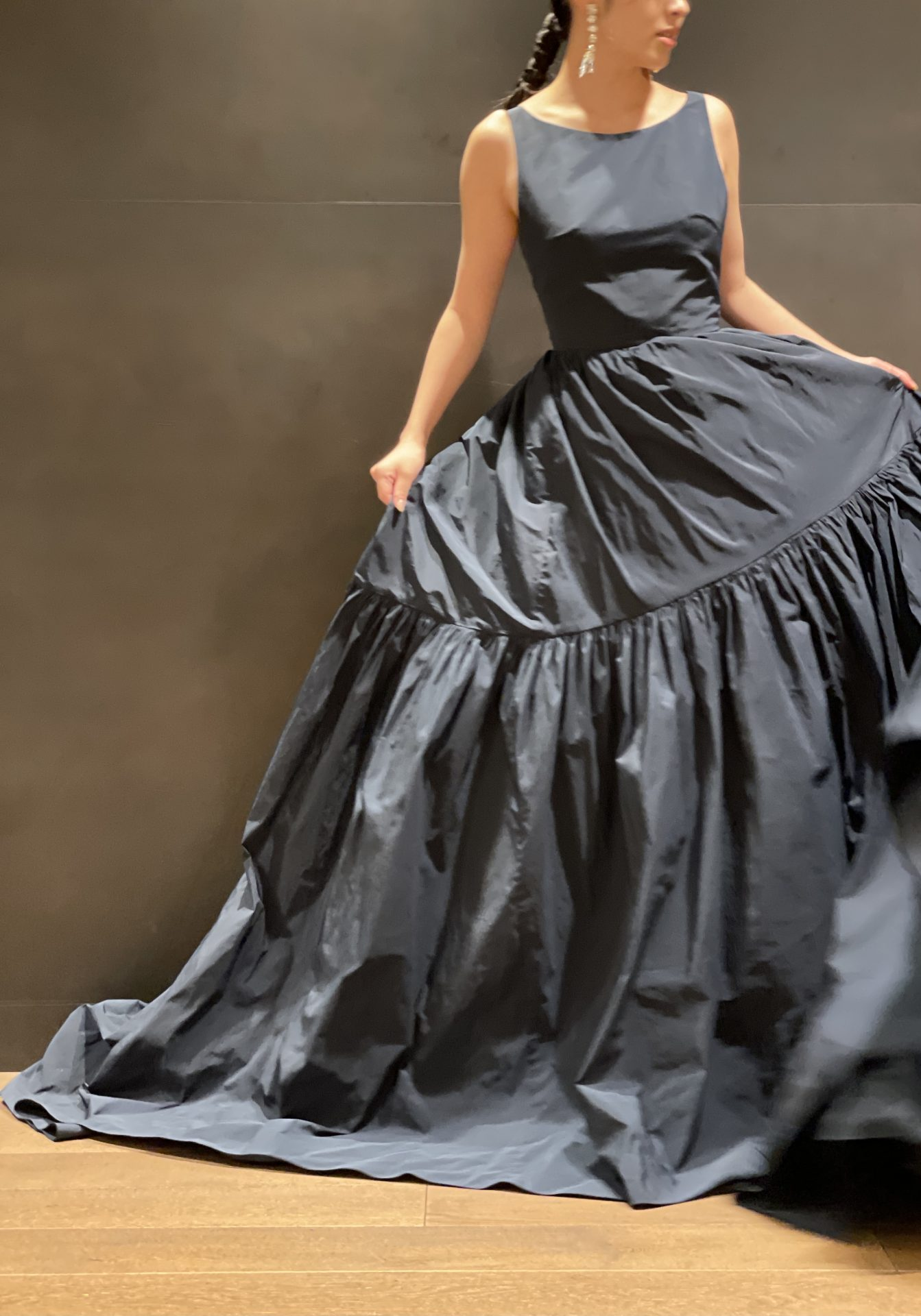 ザ・ガーデンオリエンタル大阪におすすめのシンプルでティアードのデザインが美しいネイビーのカラードレス