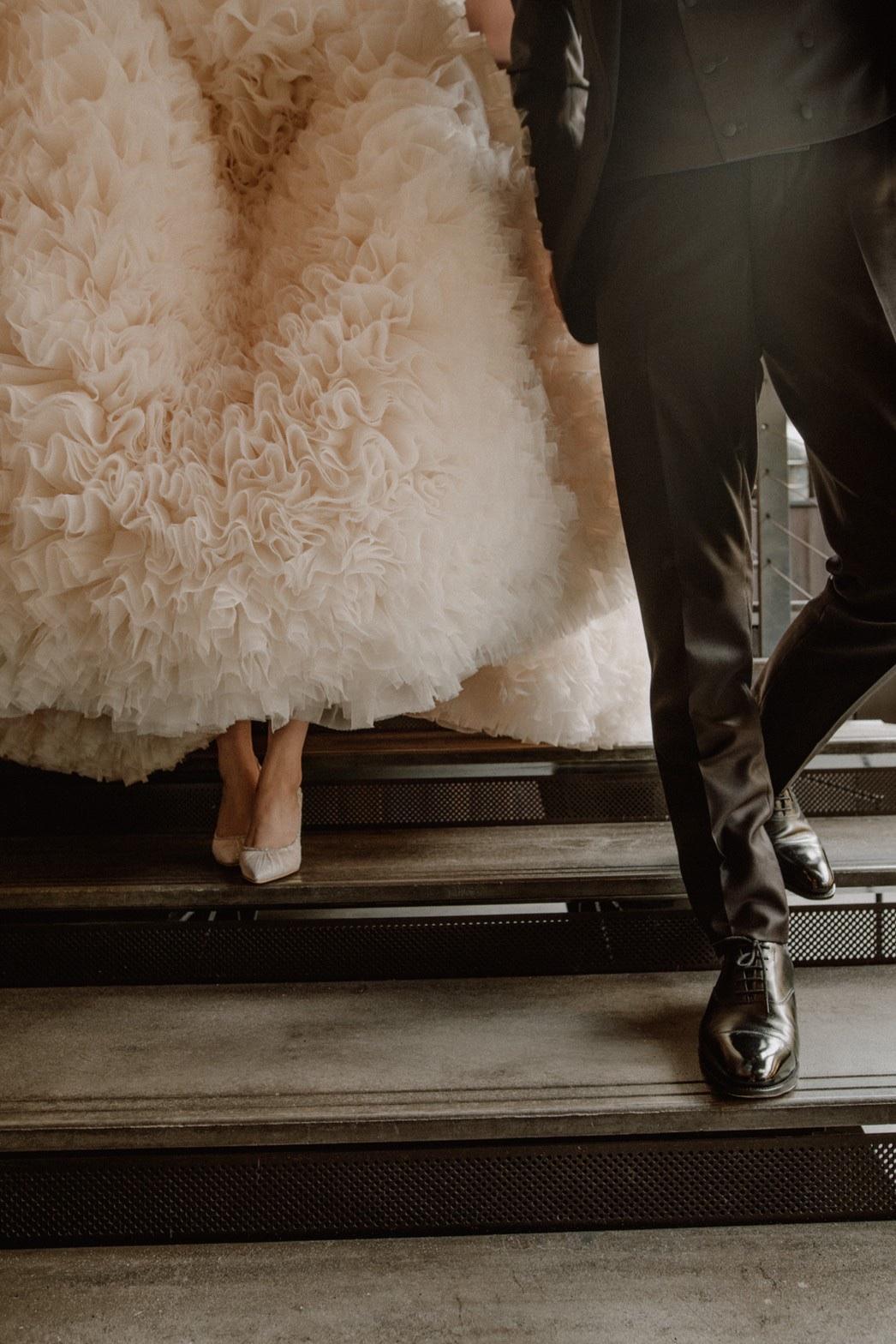 足元までこだわり抜かれたトモコイズミのドレスを前撮りにてお召しになられたお二人のご紹介