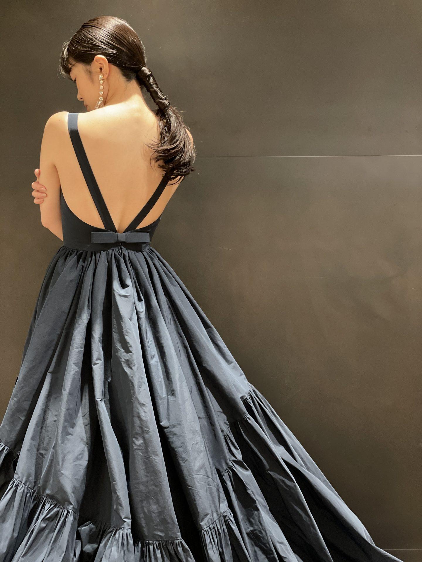 背中が大きく空いた大人っぽいシックなデザインのネイビーのカラードレス