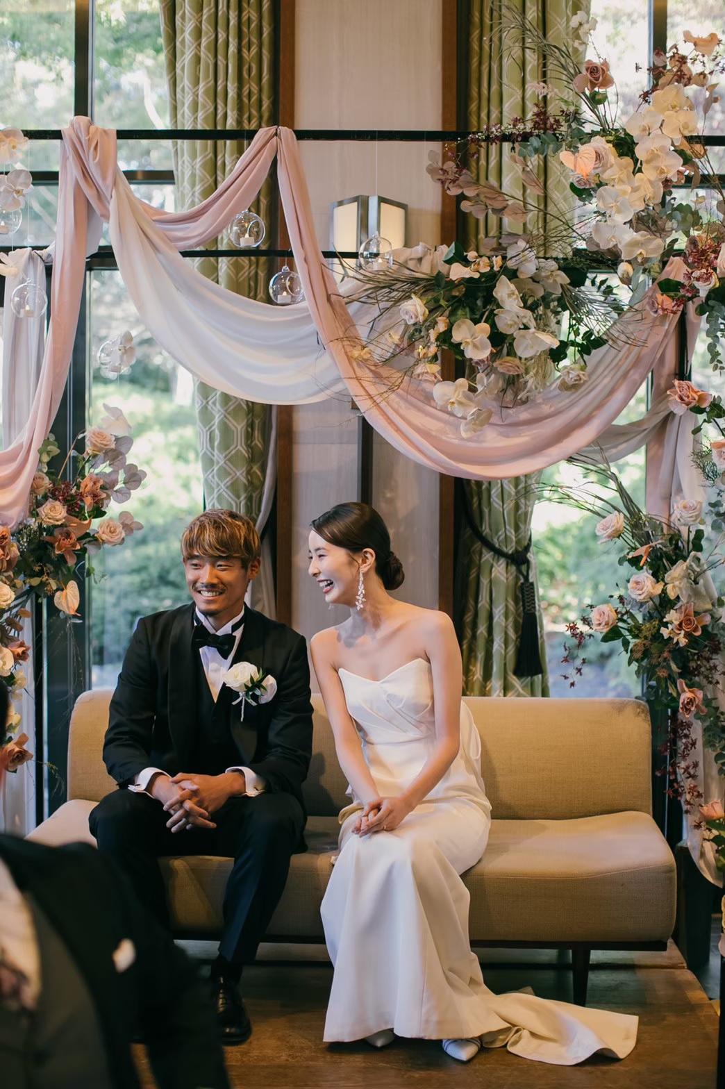 会場装花は胡蝶蘭とアンスリュームで上品な印象に。布を垂らしてオシャレでナチュラルなスタイルに。