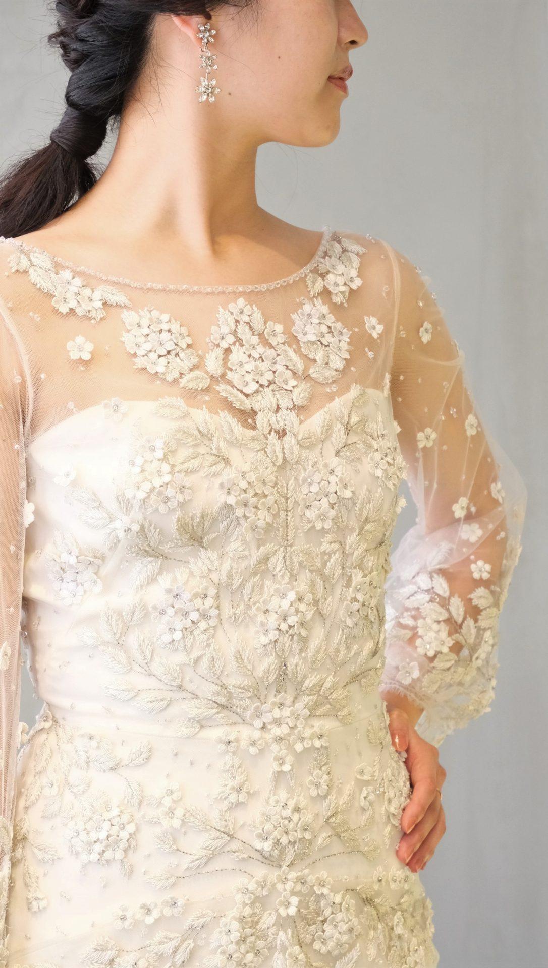 イギリスロンドン発のブランド、ジェニーパッカムの細かい刺繍が特徴のウェディングドレスの刺繍に合わせてお花のイヤリングを合わせました
