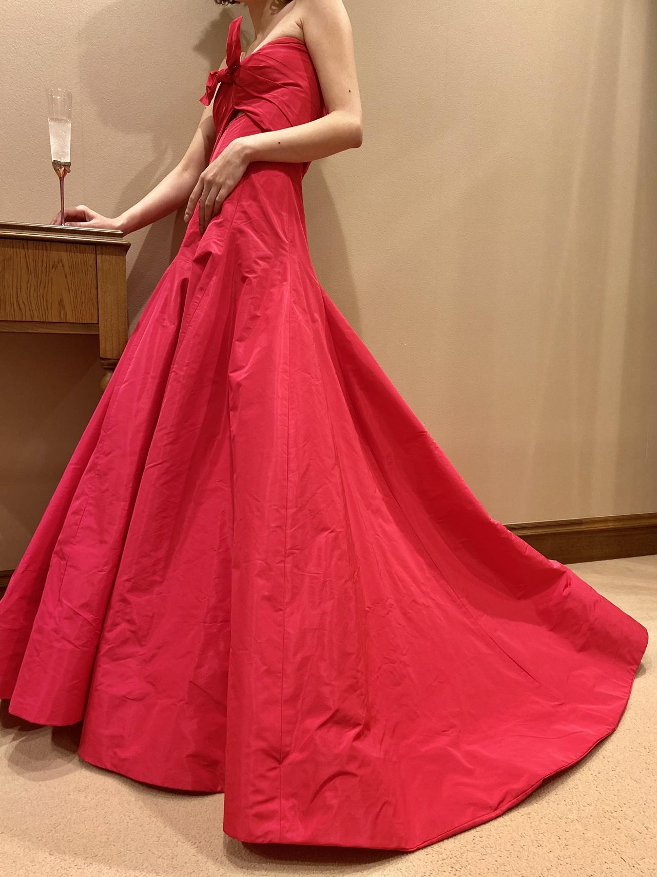 モニーク ルイリエの赤のカラードレスは、流れるようなAラインが飾りすぎないロマンティックさを演出