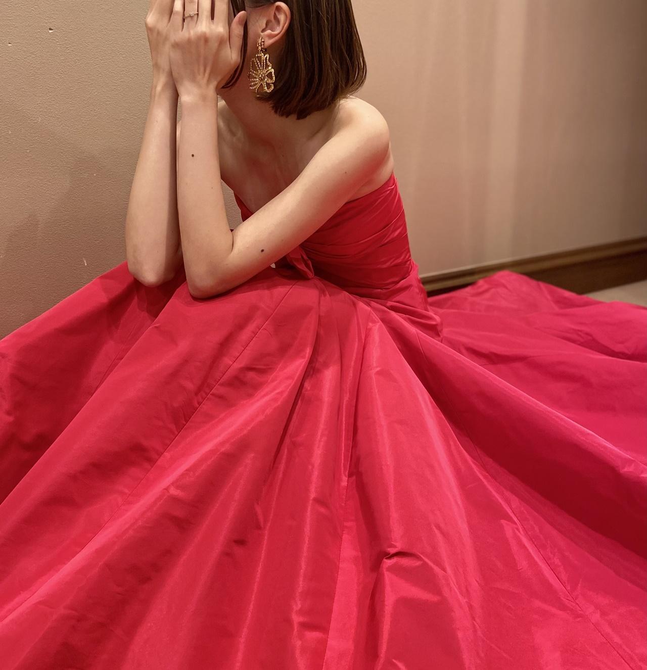 ウィズザスタイルのダイニングのパーティーでは、鮮やかな赤のカラードレスがぴったり