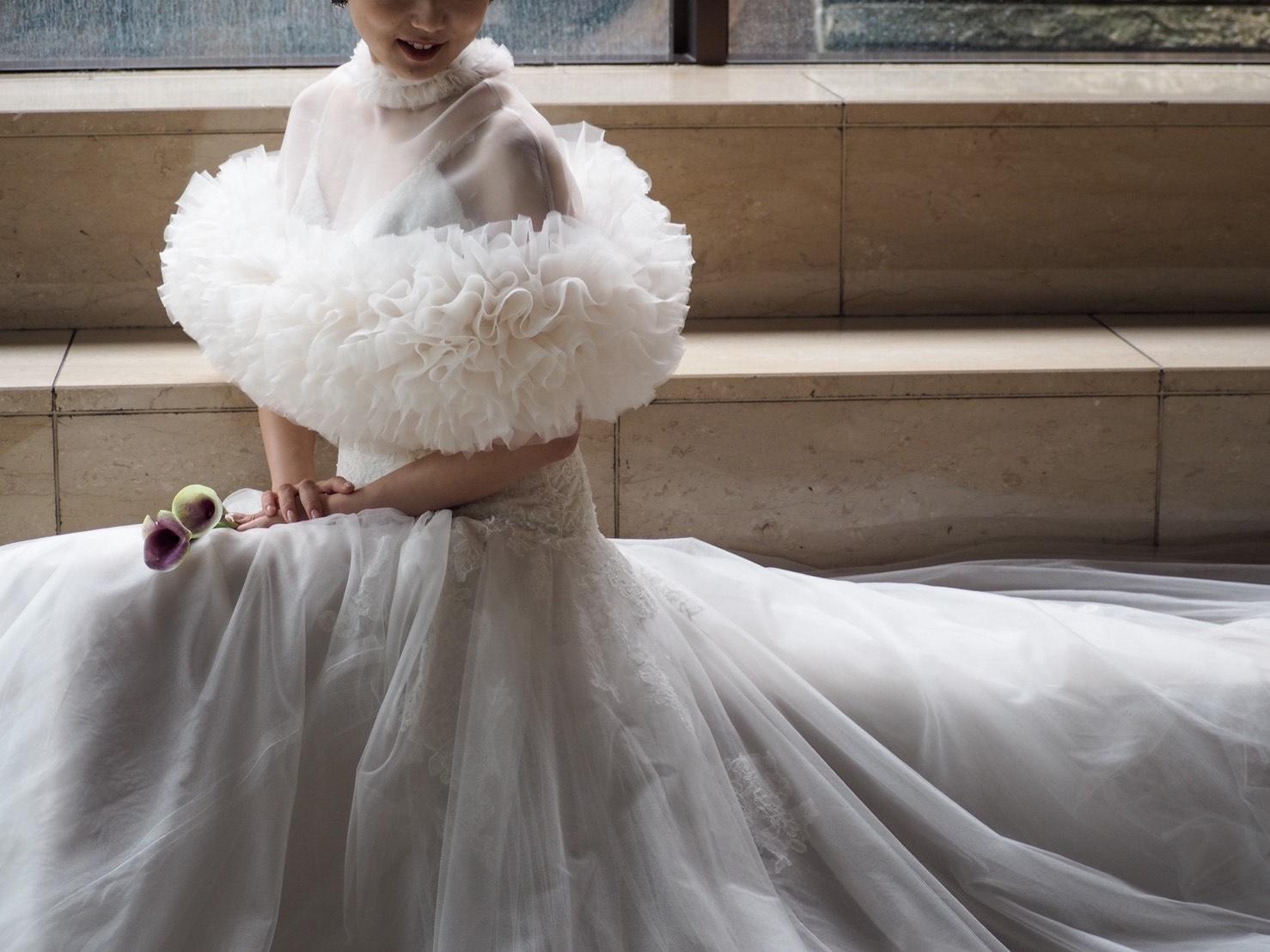 クラシカルさとデコルテの透け感が美しいTOMO KOIZUMI(トモ コイズミ)のケープとMonique Lhuillier(モニーク ルイリエ)のドレスのご紹介