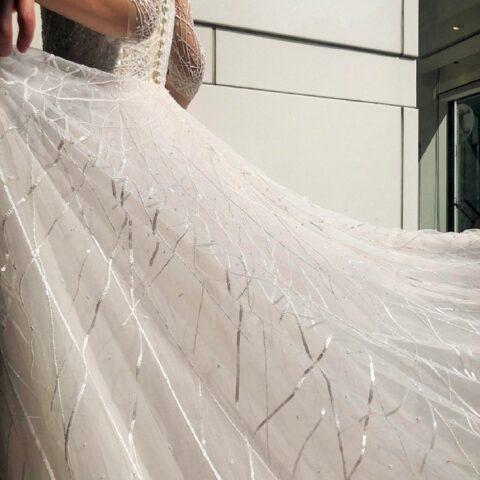 トリートドレッシング横浜店で人気の1着は何枚も柔らかいチュールを重ねて出来上がるArラインシルエットに直線状にいくつも配置されたビジューが施された輝くようなレンタルウェディングドレスです。