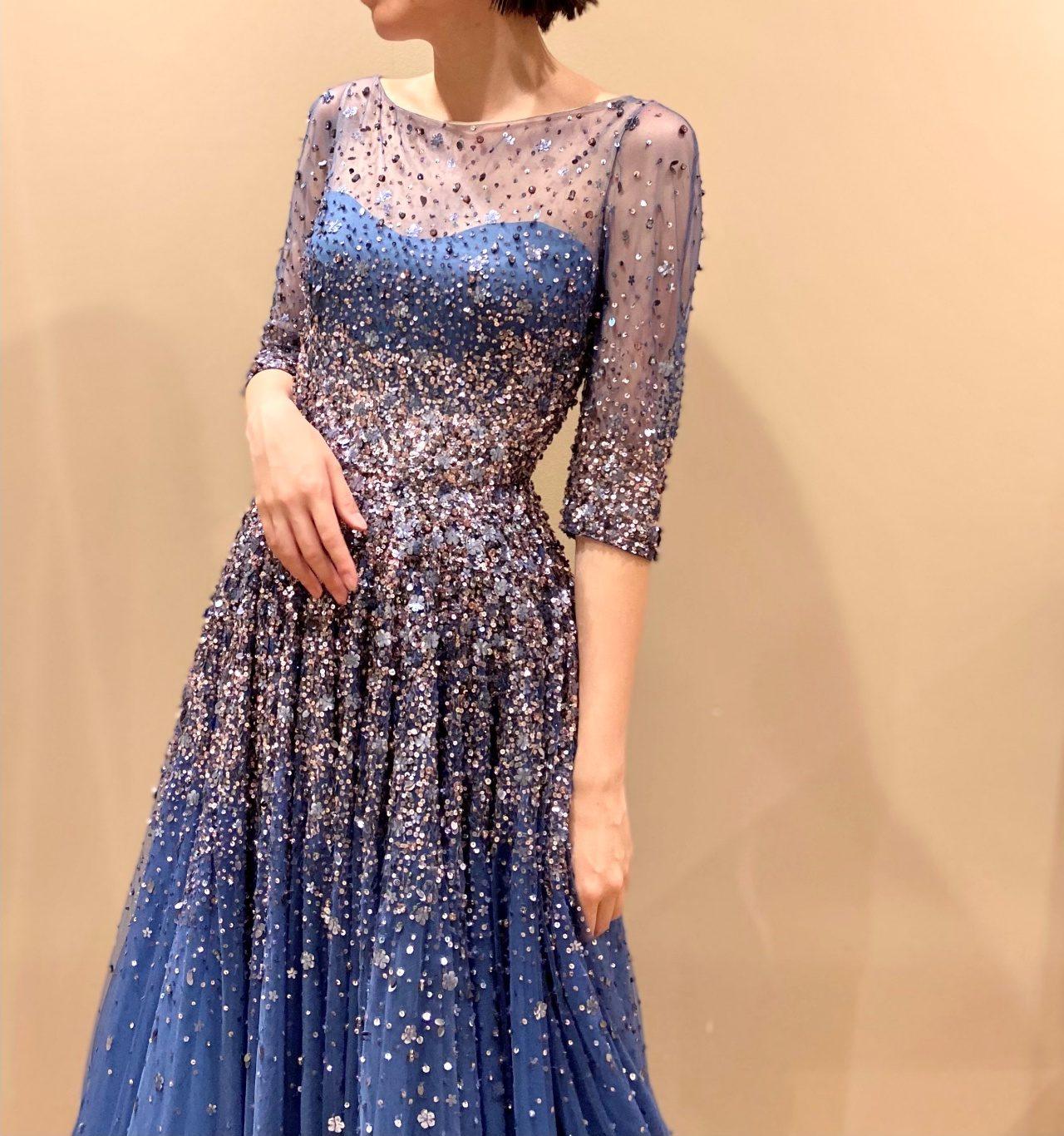 フラワーモチーフのビーディングが華やかなロイヤルブルーのカラードレス