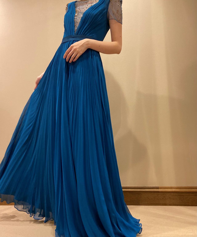 プリーツスカートが揺れ動く、軽やかで大人っぽいAラインのカラードレス