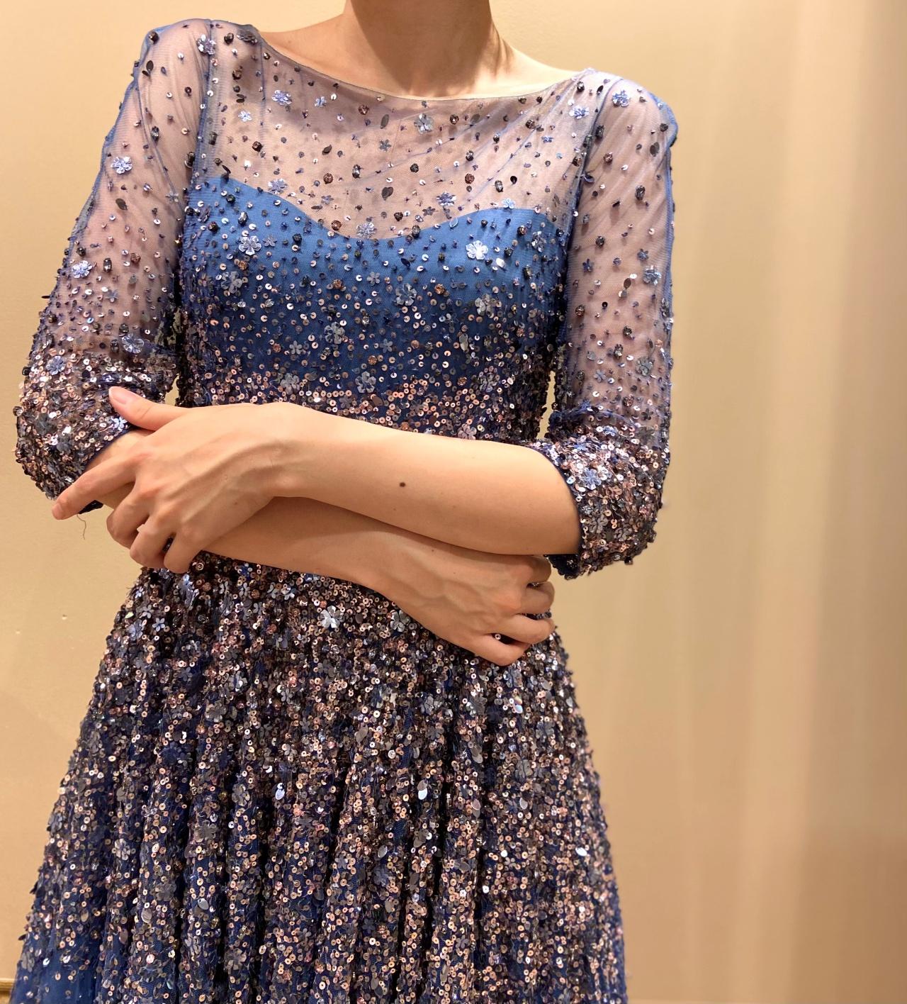 シースルー素材が軽やかで透明感のある、七分袖のブルーのカラードレス