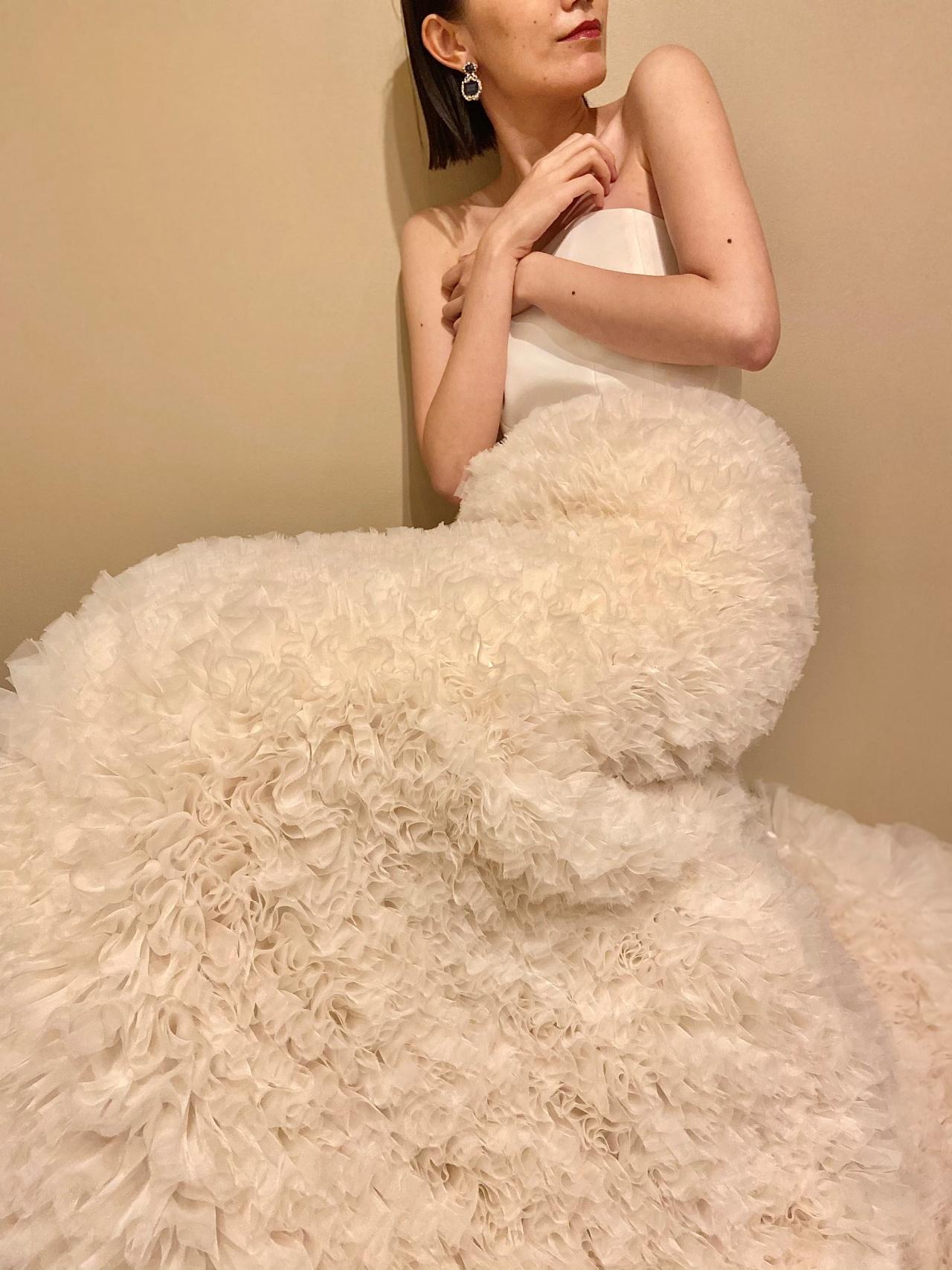 ラッフルチュールのスカート部分が、華やかでスタイリッシュな印象のマーメイドシルエットのウェディングドレス