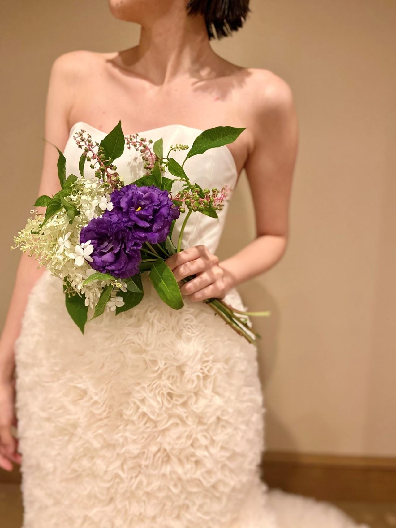 贅沢なラッフルの施されたマーメイドラインのウェディングドレスには色鮮やかなブーケがぴったり