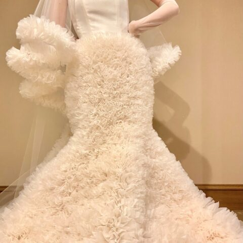 ブライダルシーンのために手掛けられたホワイトのみで施された幸福感漂うトモ コイズミ フォー トリート メゾンのウェディングドレス