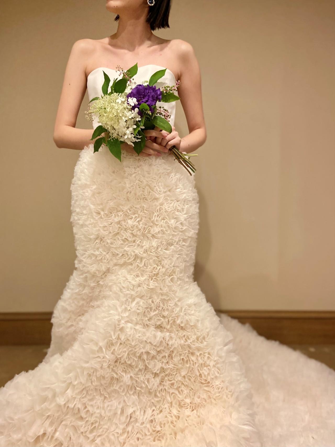 ふわふわのフリルが華やかなマーメイドドレスは、冬のお式にもぴったり