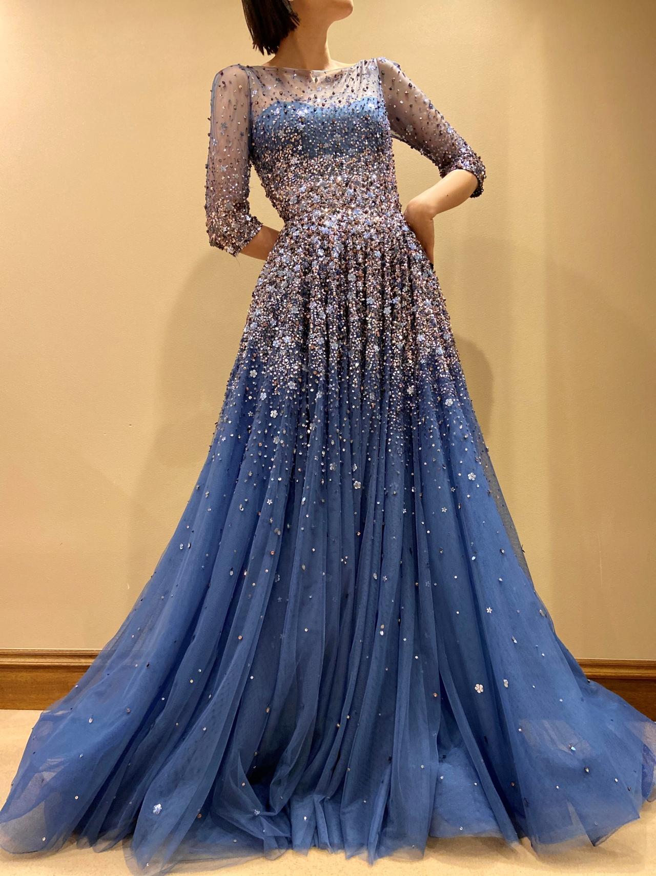 ジェニー・パッカムのビジューが美しいブルーのカラードレス