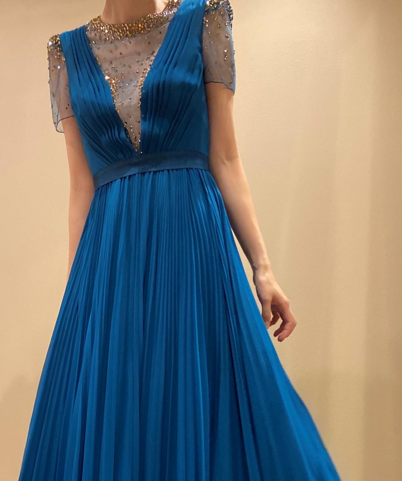 細身のAラインのカラードレスは動きの多いお色直しのシーンにピッタリ
