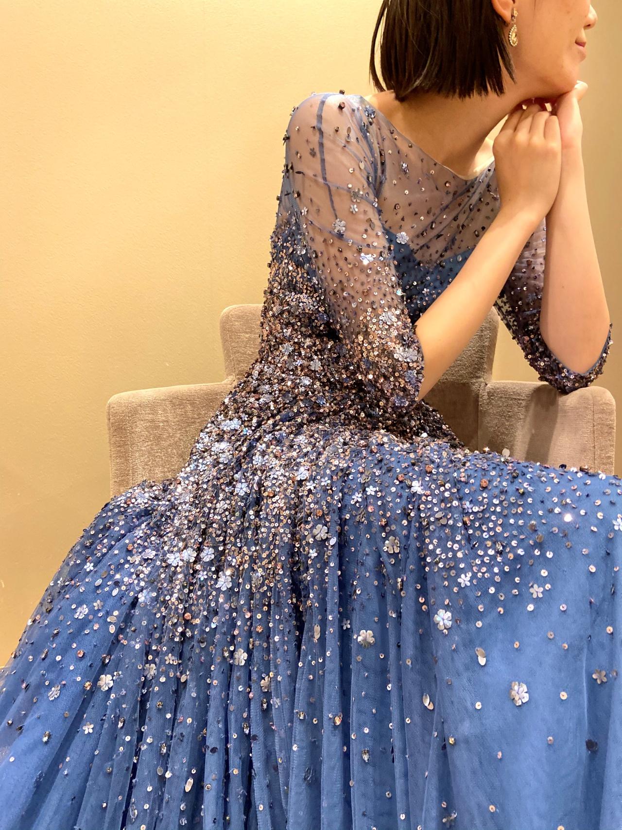 ソファ席にもおすすめの、ラグジュアリー感あるビーディングが美しいカラードレス