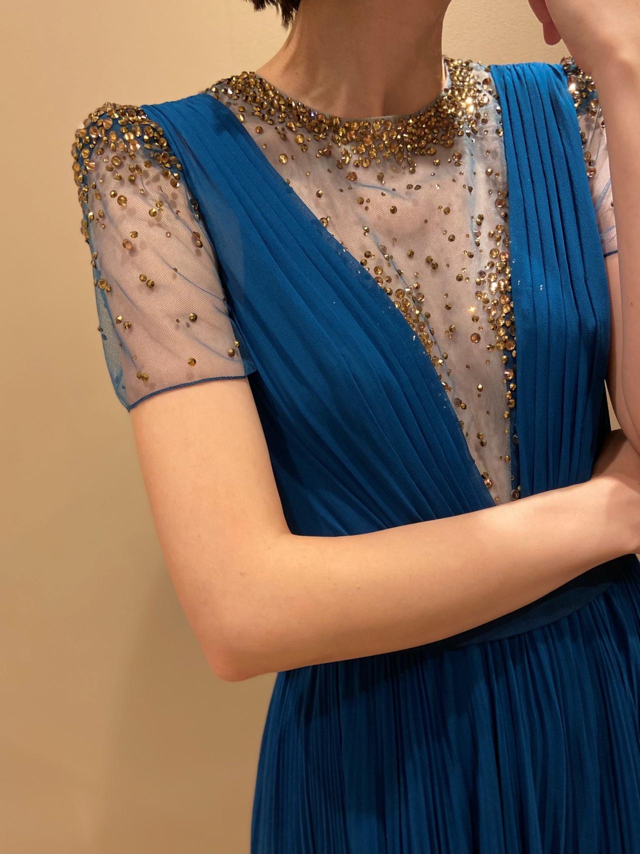 ビジューの煌めきが華やかなスレンダーラインのドレス