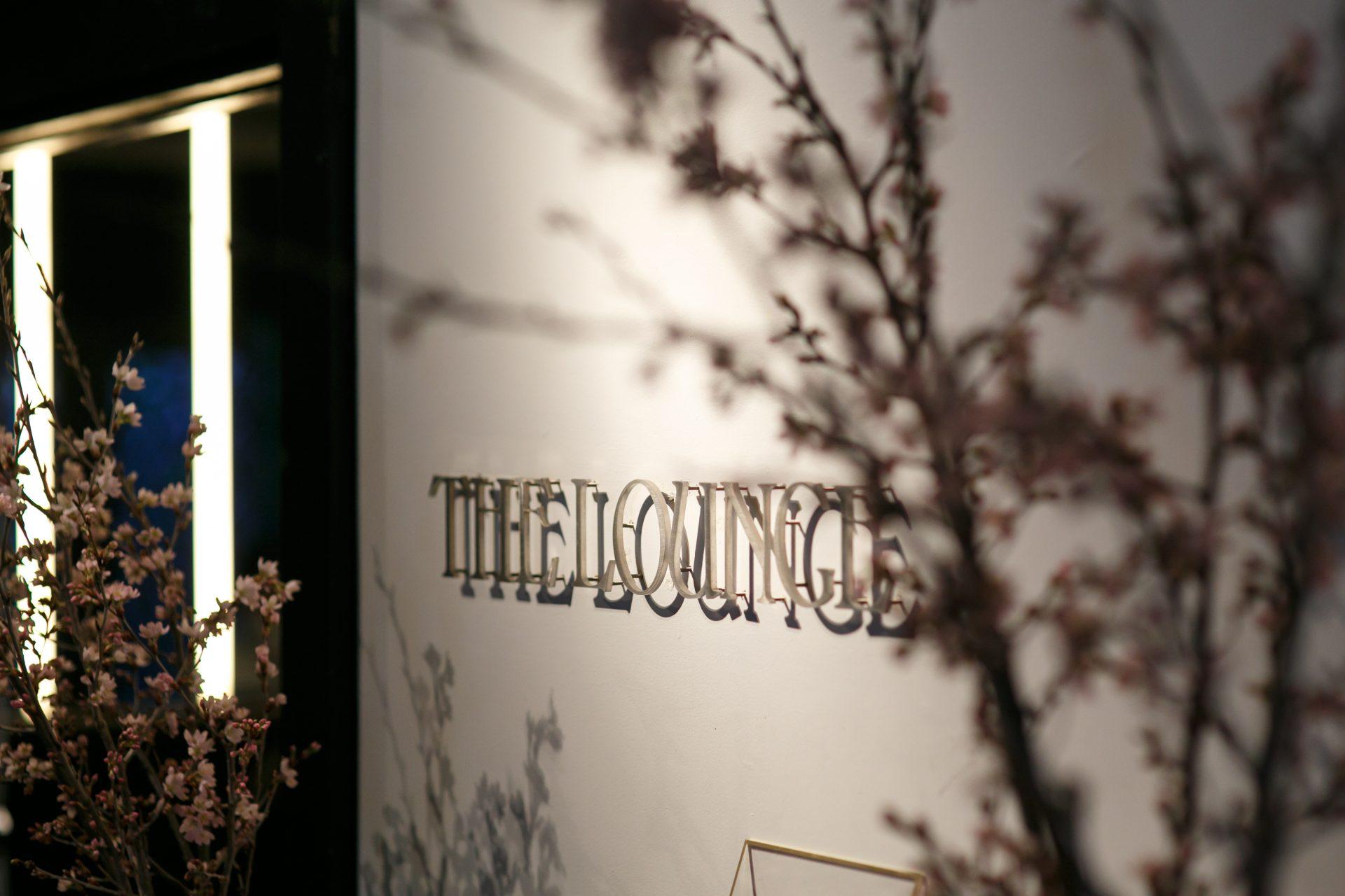 ゲストへのおもてなしと春の訪れを感じさせる桜を飾ったウェルカムスペース