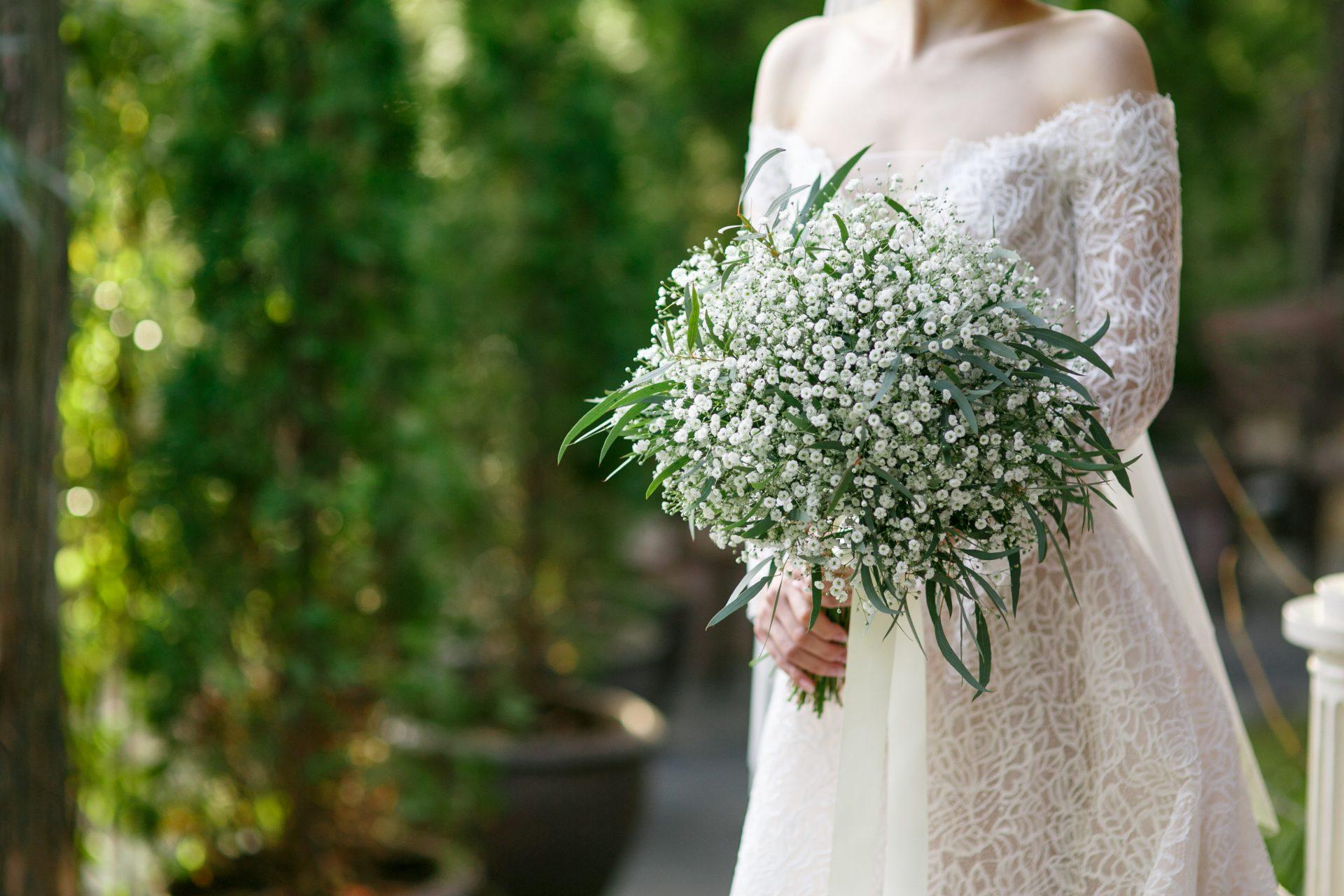 ローズモチーフのレースが美しいモニークルイリエのウェディングドレスをお召しになったご新婦様