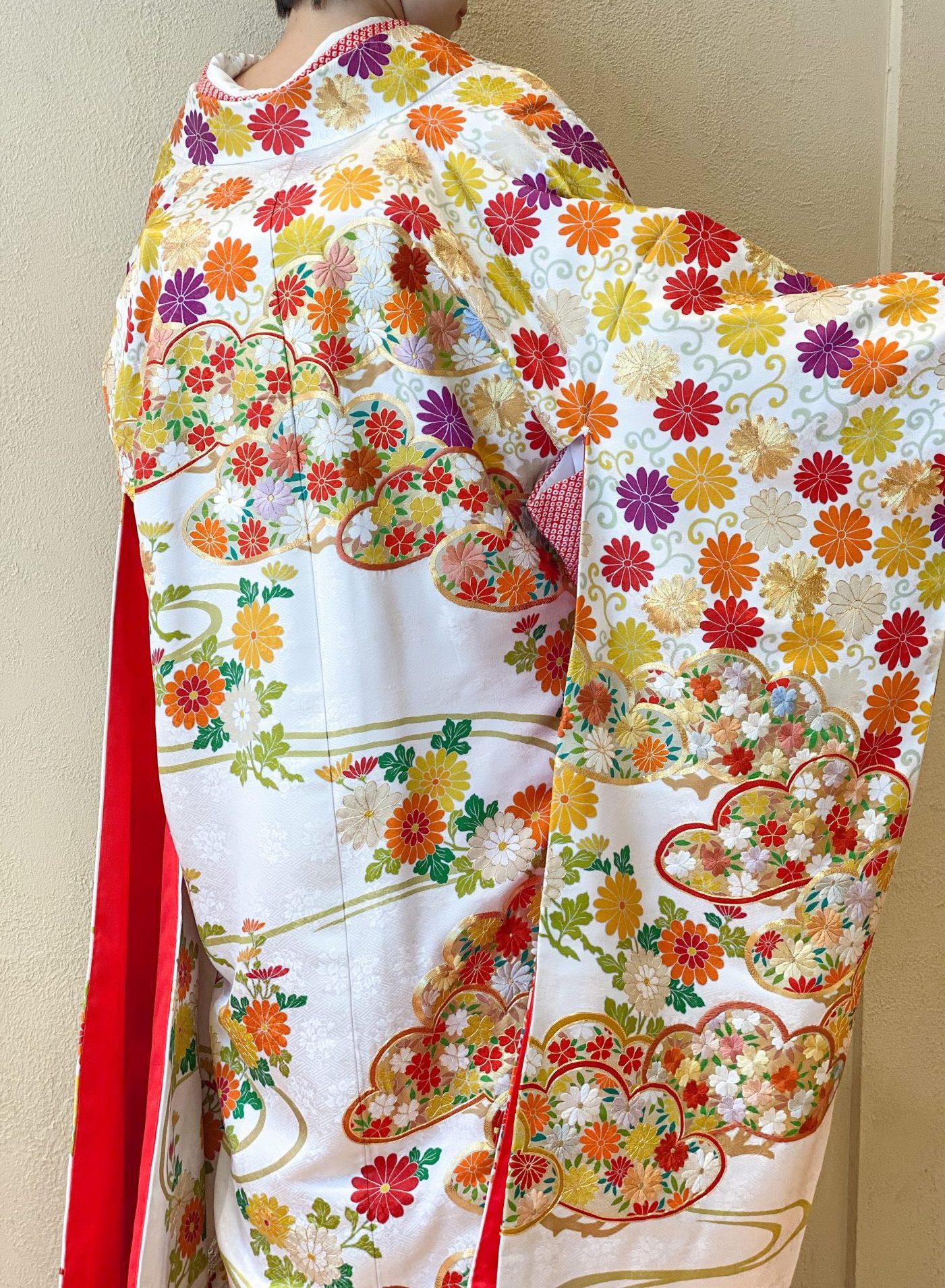 後ろ姿まで刺繍が美しく華やかで綺麗な色打掛を今っぽくトレンドに着こなすのにおすすめなコーディネート