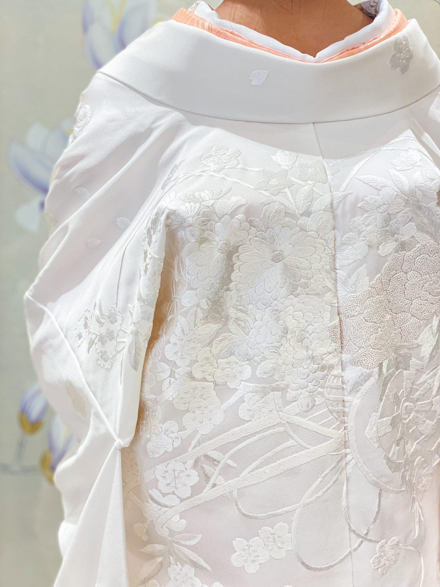 桜や牡丹の柄行の刺繍と相良刺繍が美しい白無垢は自然が美しい結婚式会場におすすめな1着です