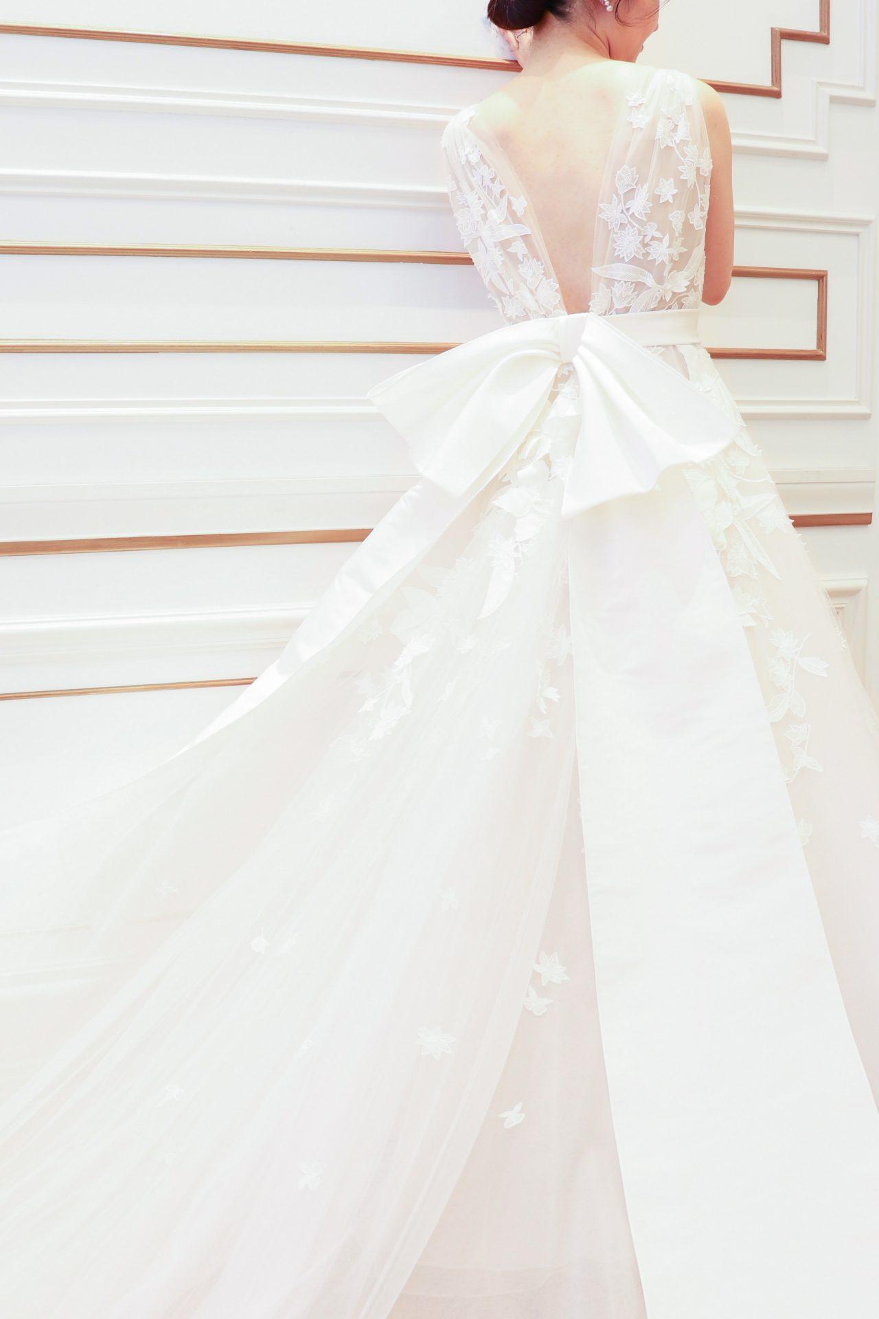 バックスタイルが華やかなチュールでAラインのウェディングドレス