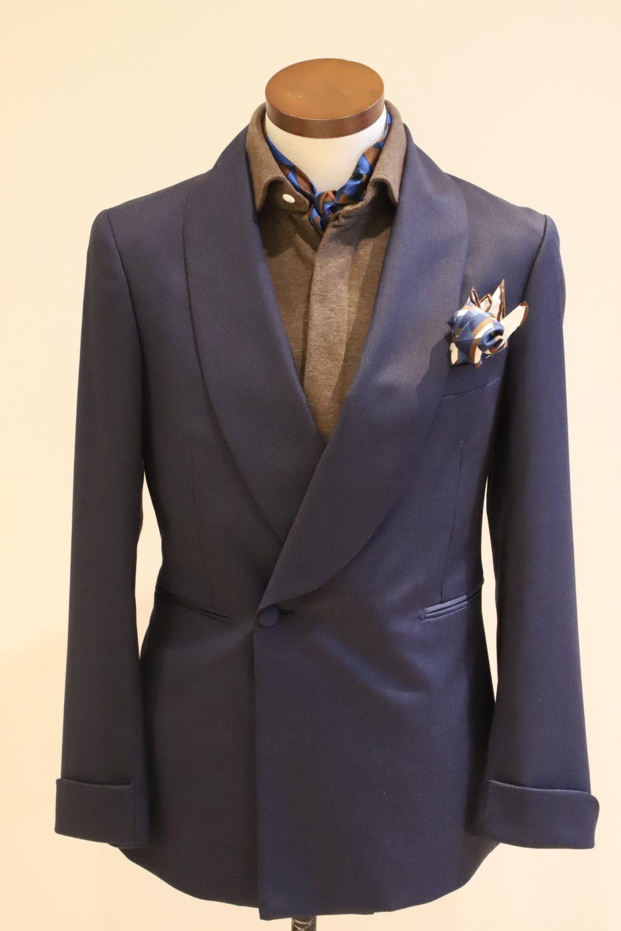 爽やかなブルーのタキシードと、ブラウンのシャツを合わせ、イタリアで好まれる「アズーロ・エ・マローネ」のコーディネート。