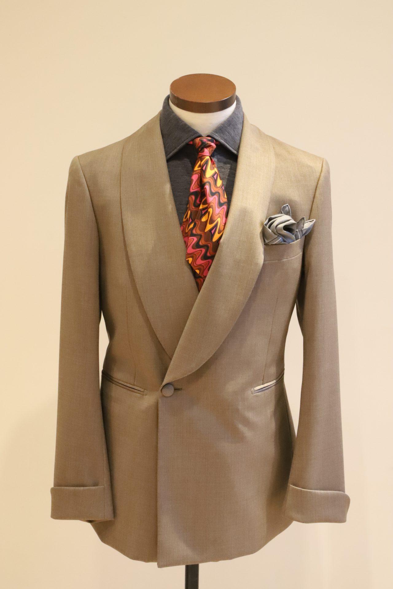 ベージュのタキシードと、濃いグレーシャツを合わせペールトーンで優しい雰囲気に。
