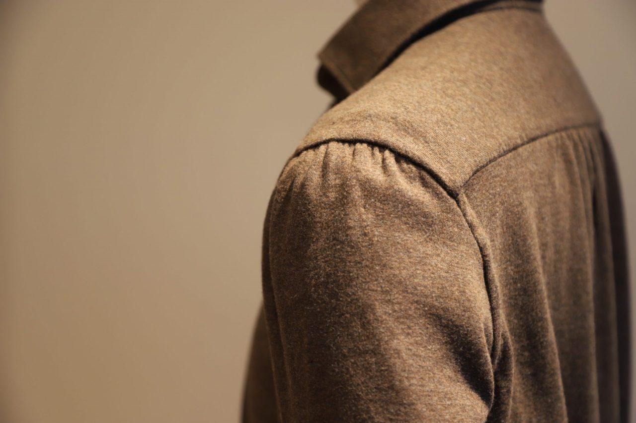 袖付け、襟付け、脇の伏せ縫いなど要所はもちろん、ボタンホールや剣ボロの刺繍などあらゆる箇所が手縫い。また縫い付けのピッチも非常に細かく丁寧。これらのクオリティにより、世界中の名だたるショップから高い信頼を集めております。