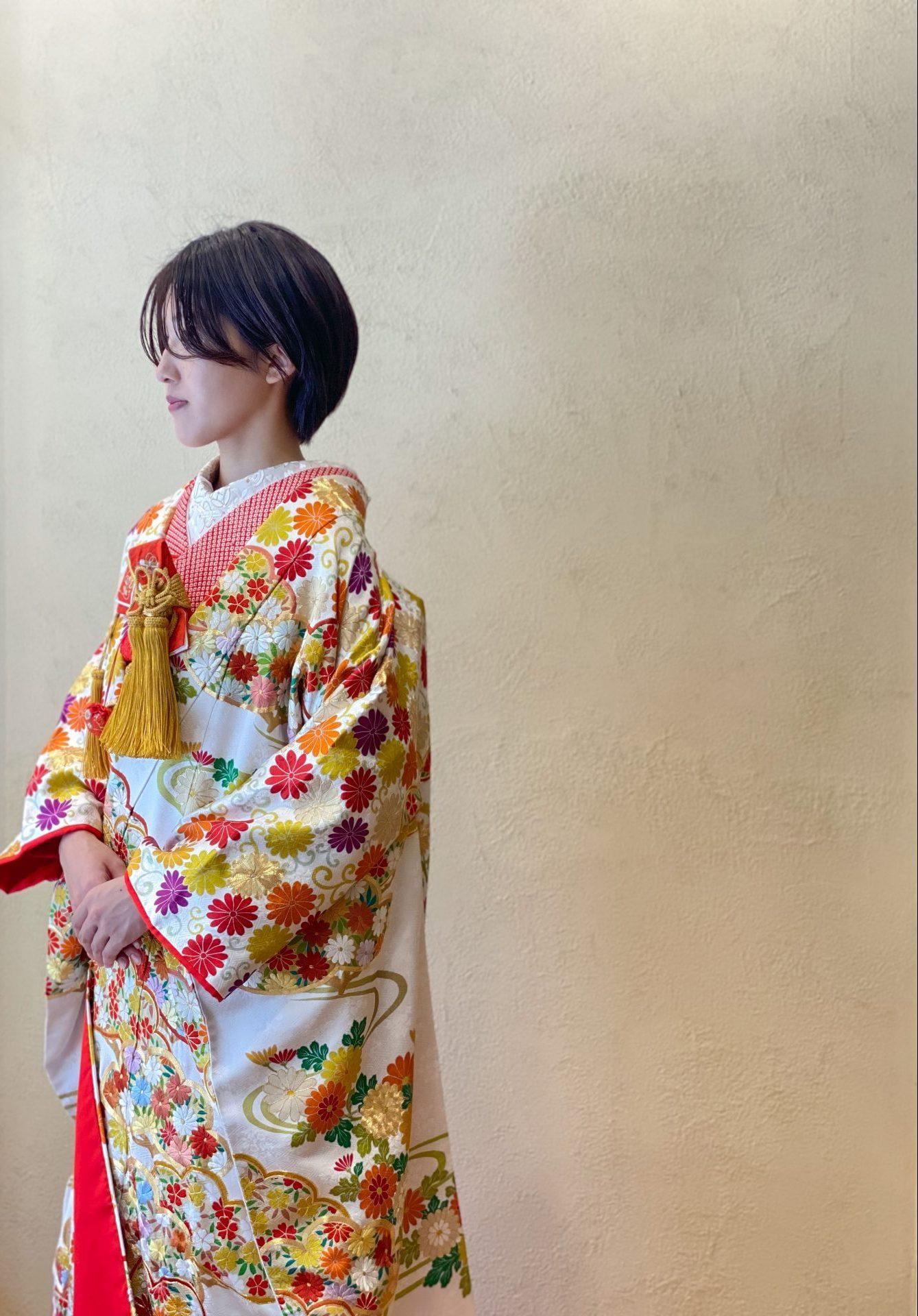 春や秋の季節におすすめな暖色の色打掛、花柄のデザインで裾元まで華やかでオシャレな印象に