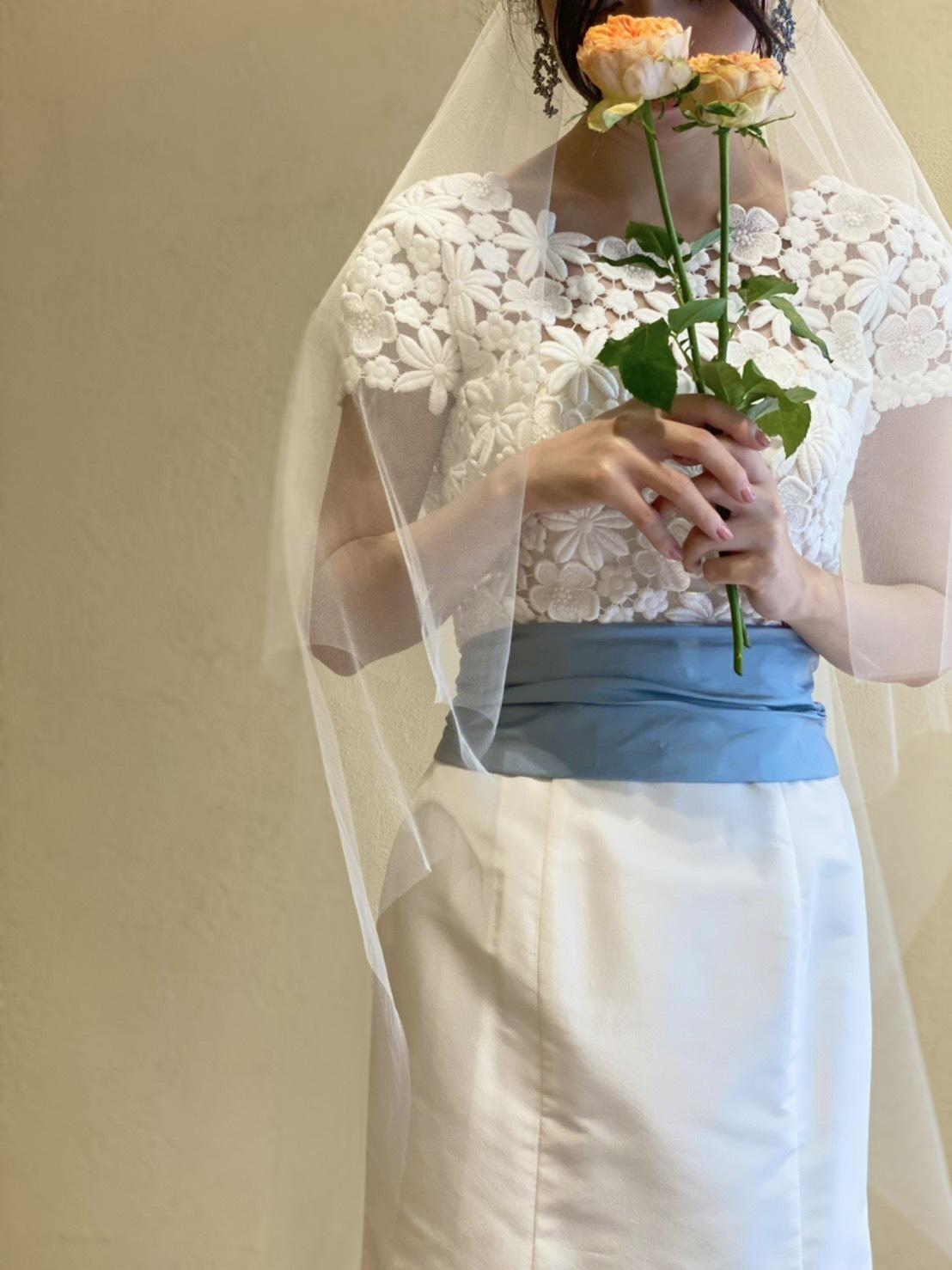 ザ・ガーデンオリエンタル大阪におすすめのギュピールレースとブルーリボンが付いたマーメイドドレス